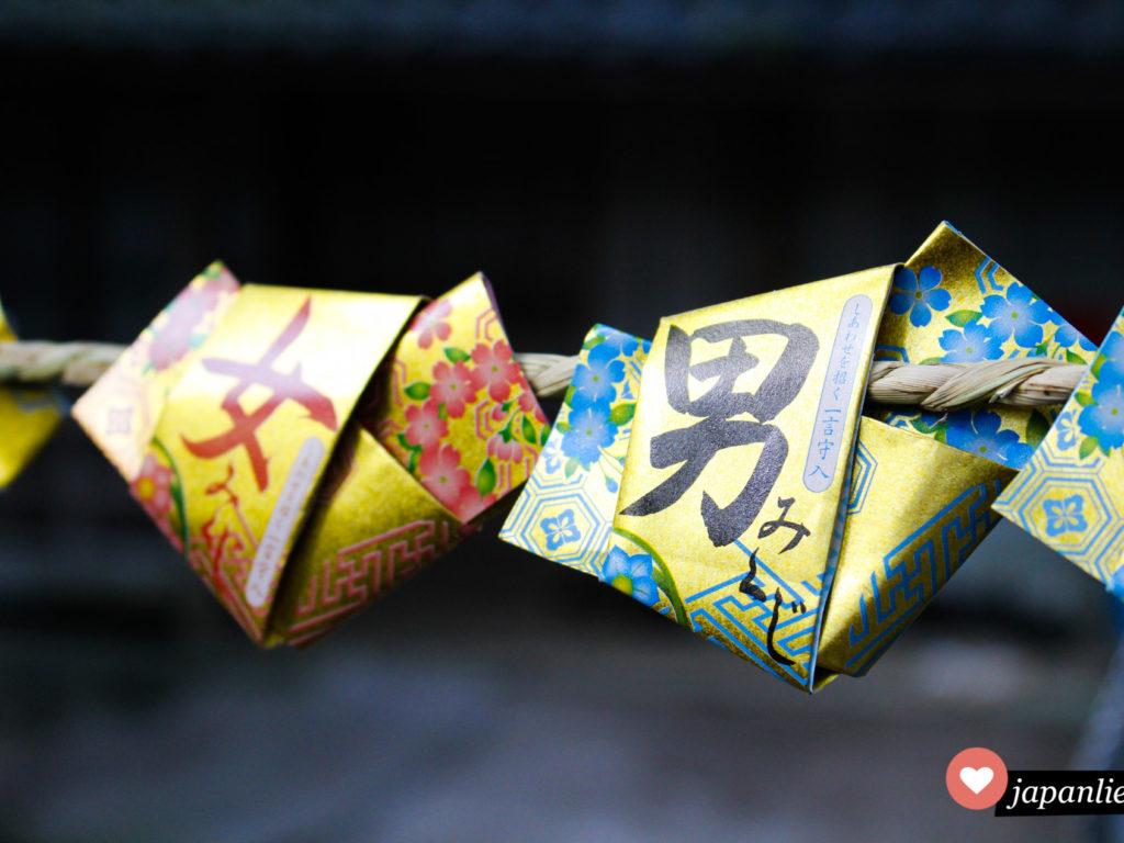 An einem Schrein auf einer heiligen insel vor Gamagori gibt es unterscheidliche omikuji-Orakel für Männer und Frauen.