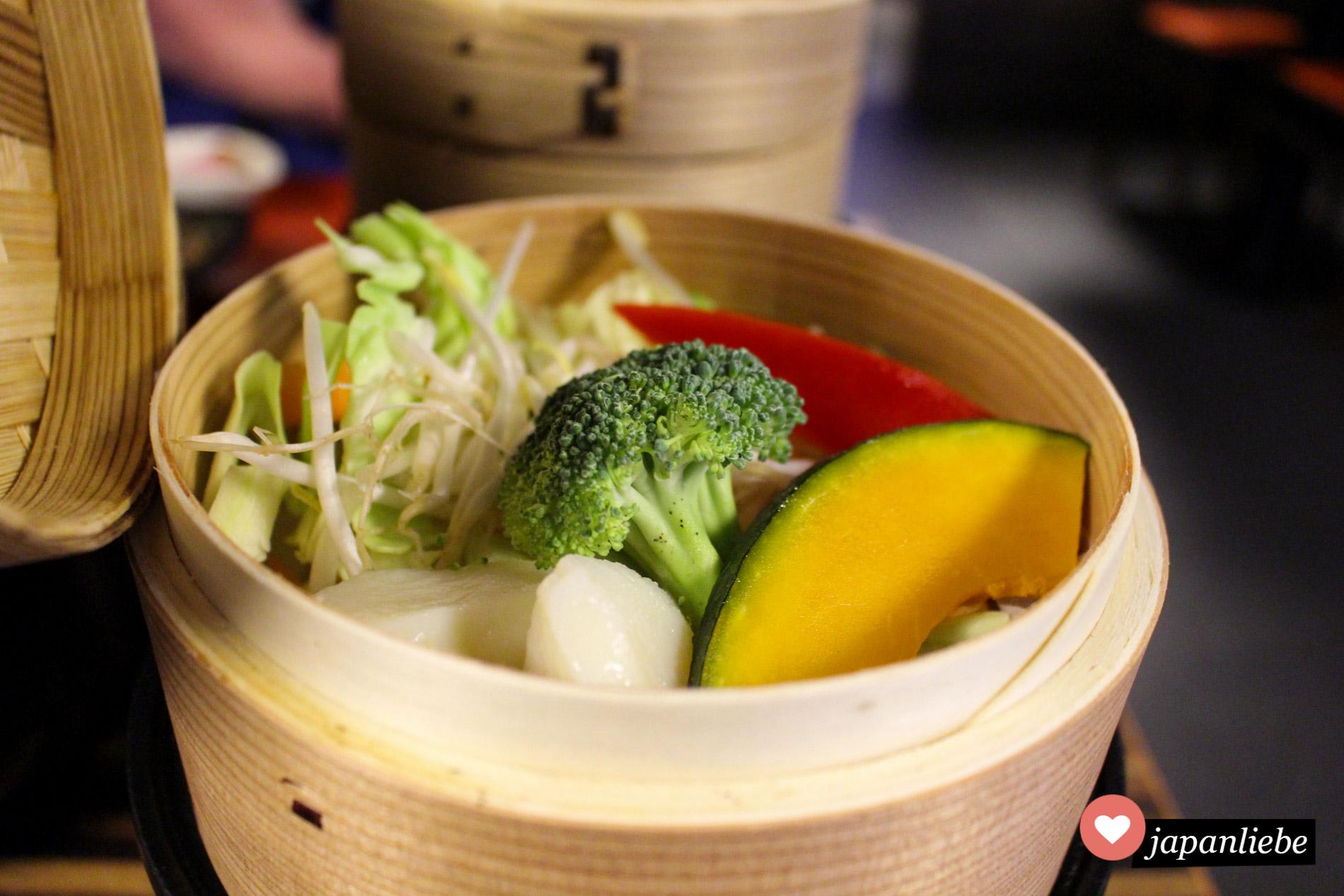 Die Deluxe-Version eines japanischen Frühstücks enthält sogar frisch gedämpftes Gemüse.