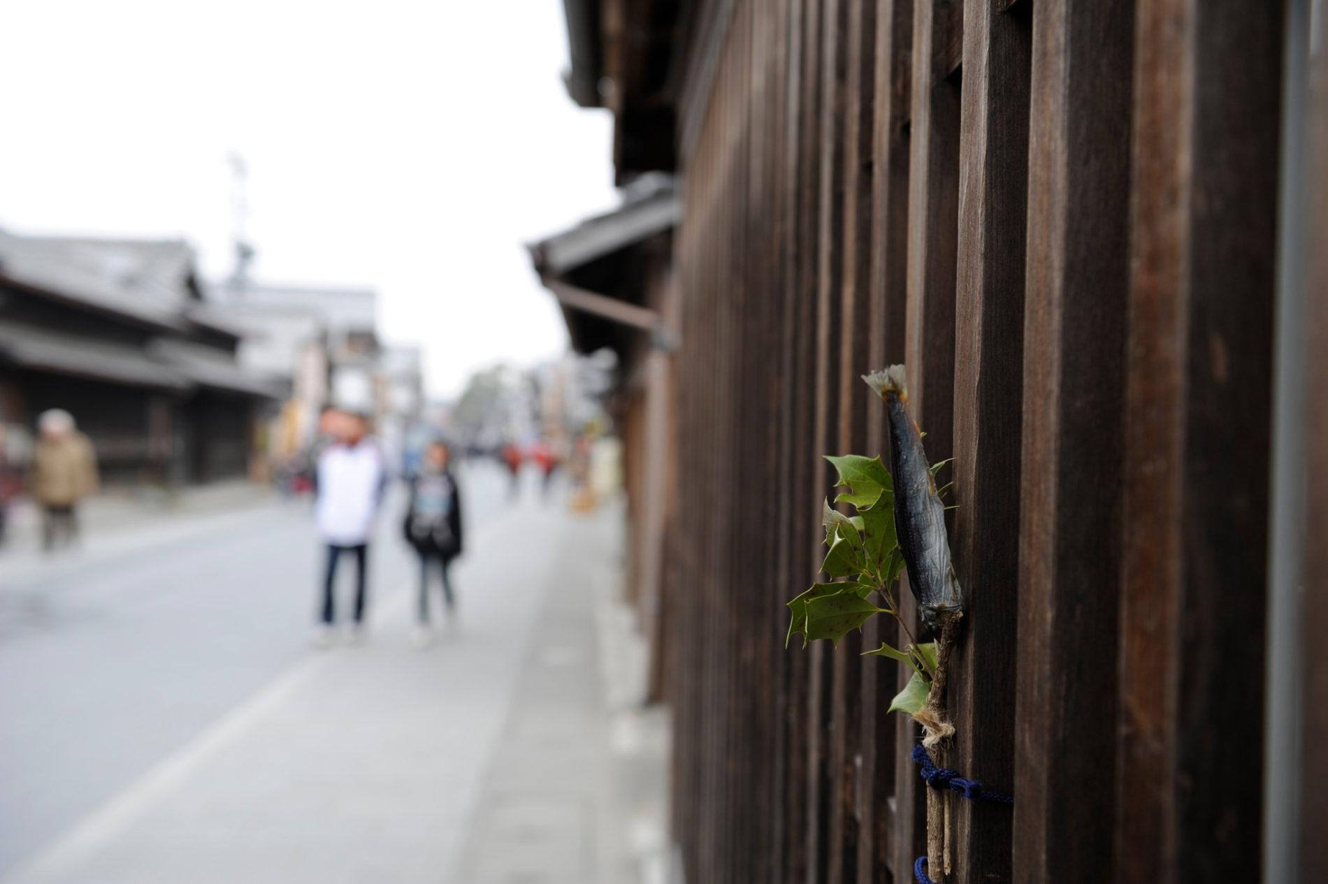 Der Tradition nach steckt man Sardinenköpfe auf Stechpalmenzweige. hier wurde der Kopf wahrscheinlich verbrannt und stattdessen der verbleibende Körper verwendet. (Foto: Bong Grit auf Flickr)