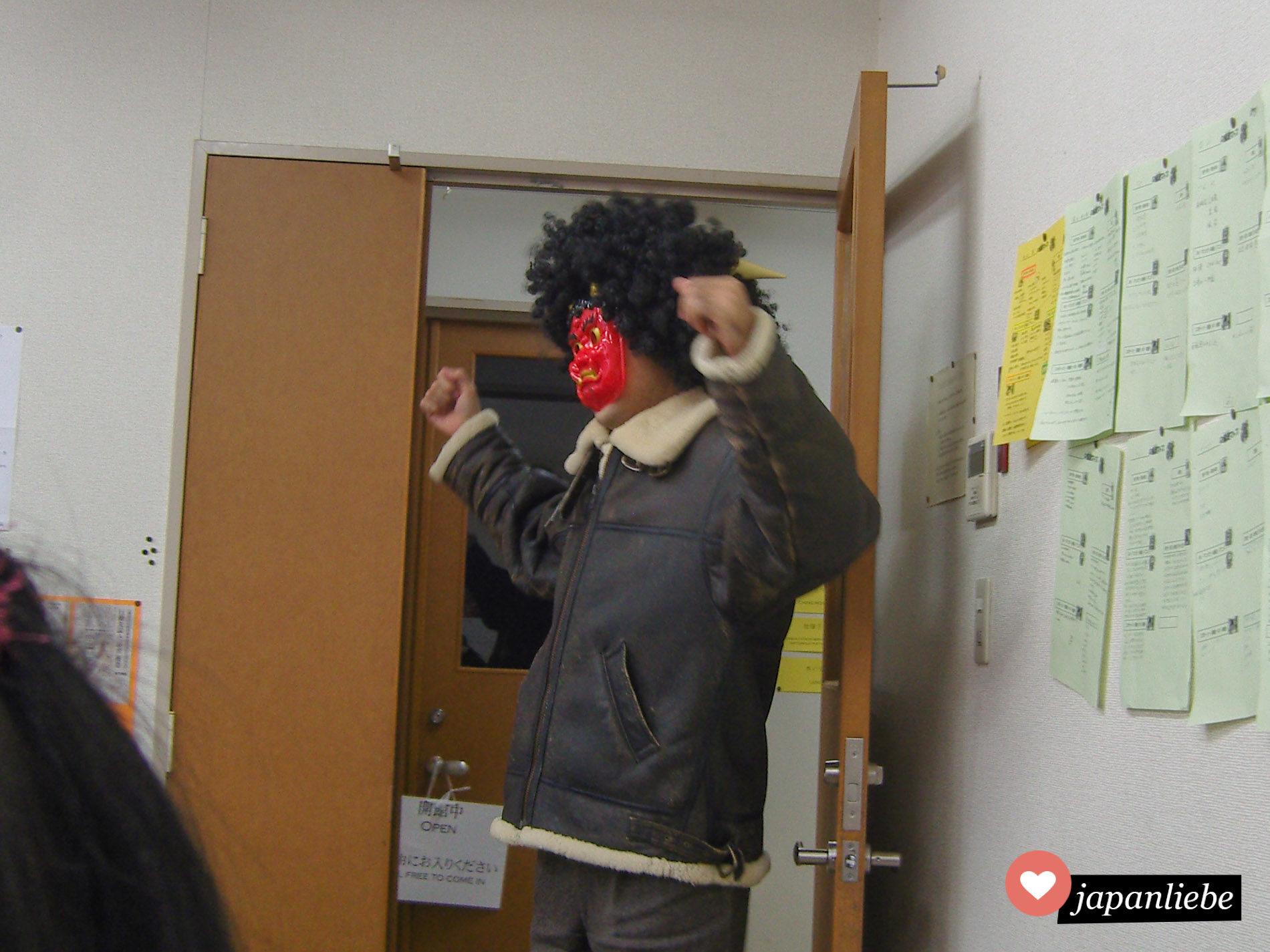 """Zu setsubun stürmte ein """"Dämon"""" in mein Klassenzimmer an der Yamasa-Sprachschule."""