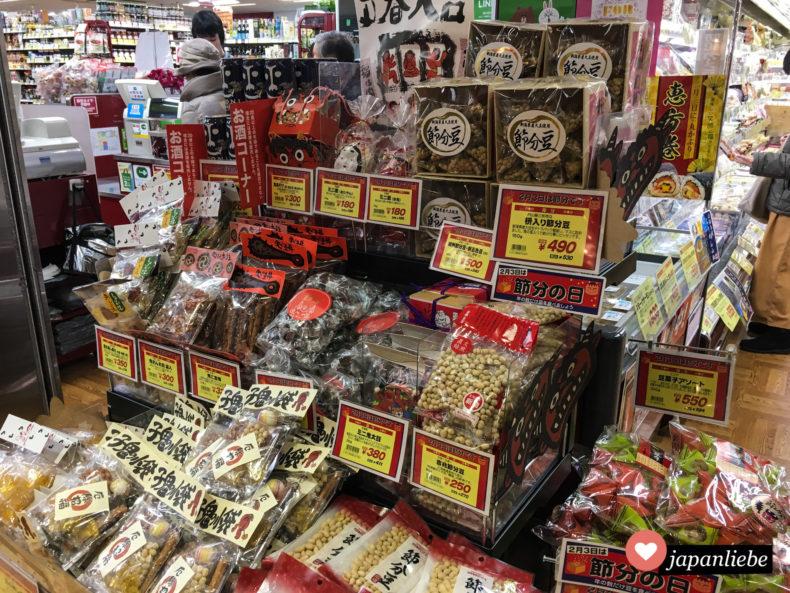 Vor setsubun kann man im japanischen Supermarkt geröstete Bohnen, oni-Dämonen-Masken und ehōmaki-Sushirollen kaufen.