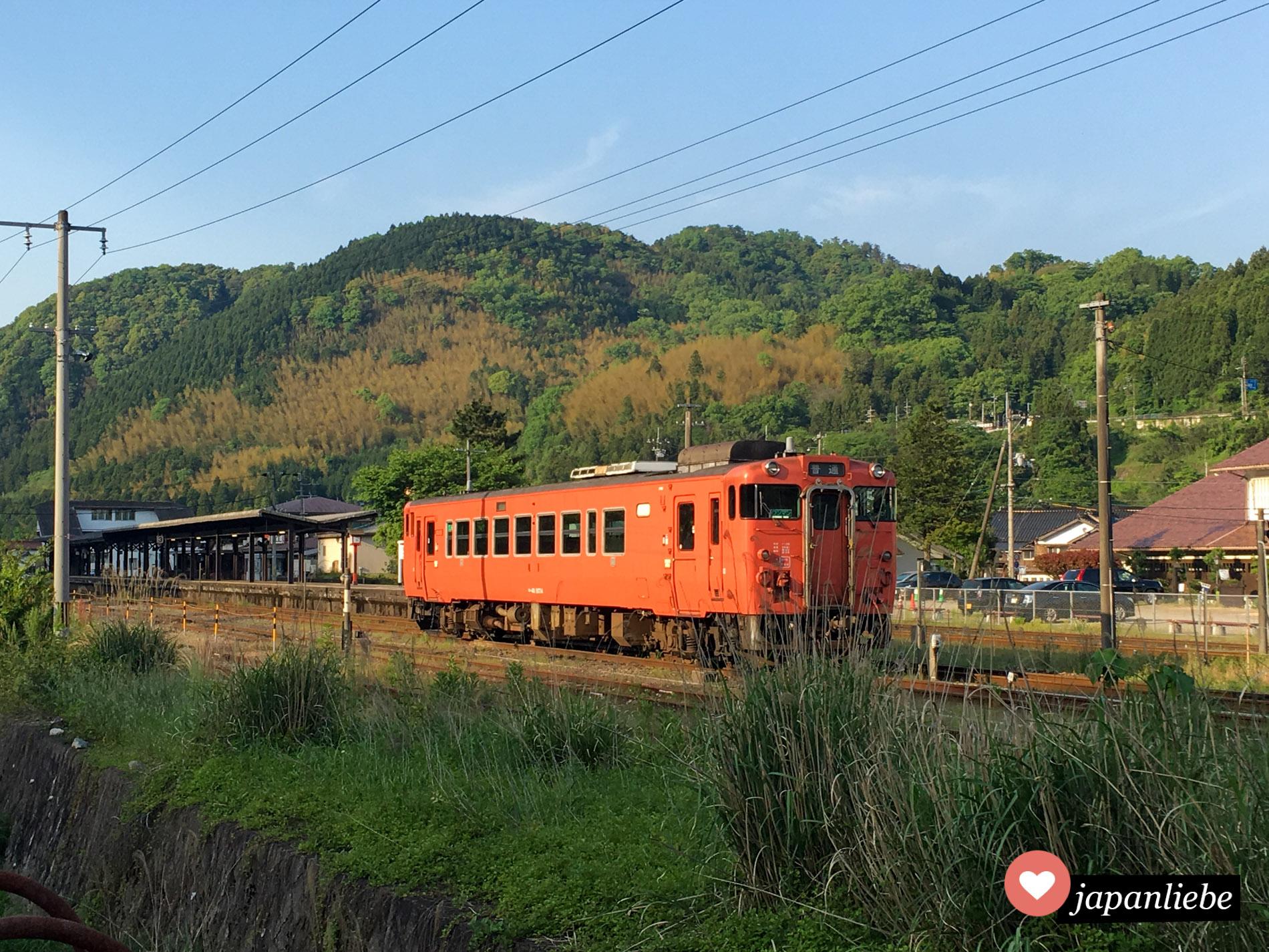Auch ein schönes Fotomotiv: ein wanman Ein-Mann-Zug verlässt gerade die kleine Stadt Tsuwano.