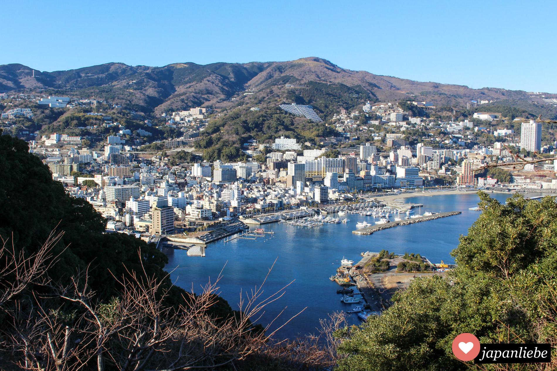 Von der Seilbahn hoch zur Burg hat man einen wunderschönen Blick über Atami.