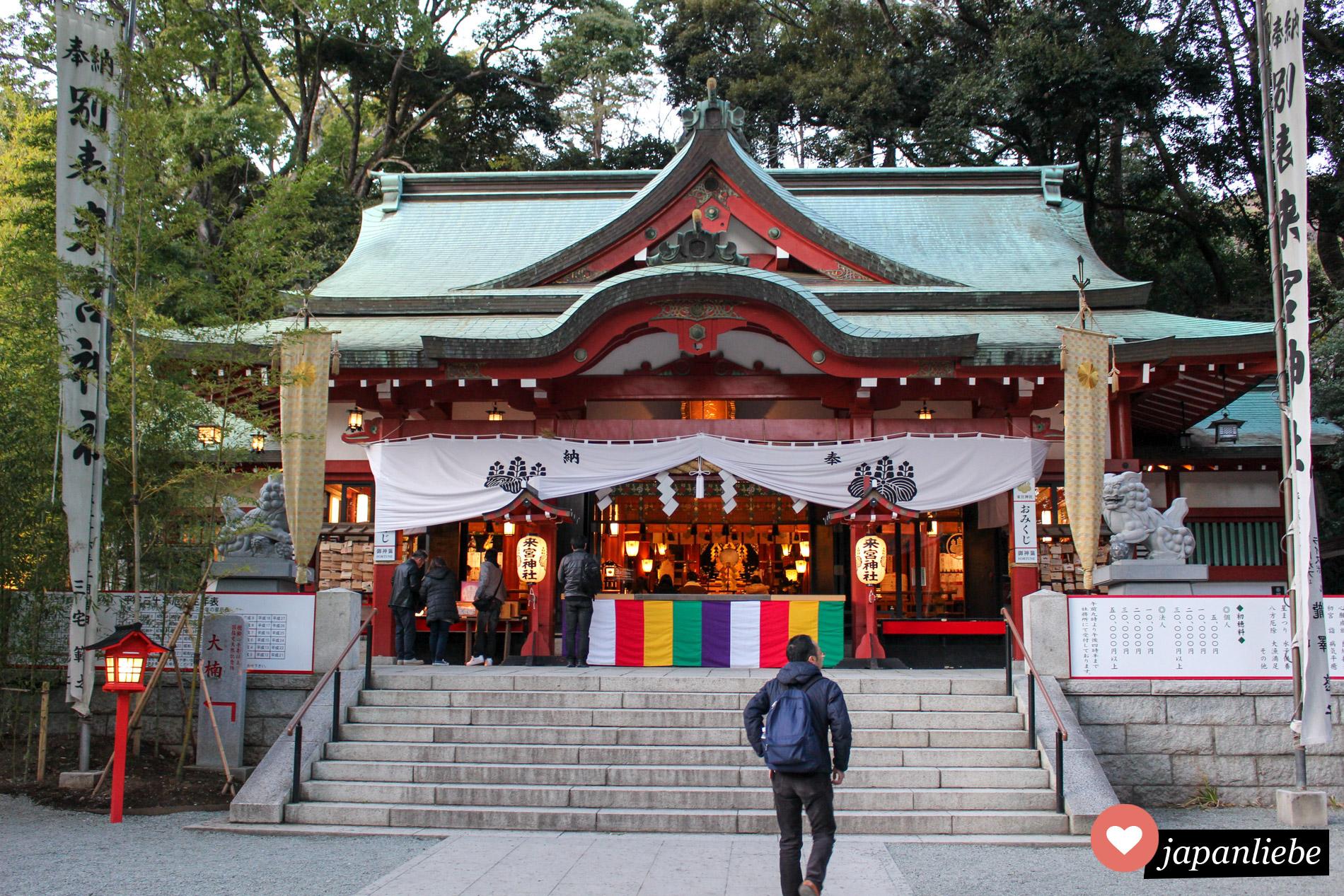 Vor allem auch abends bei romantischer Beleuchtung wunderschön: der Kinomiya Schrein in Atami.