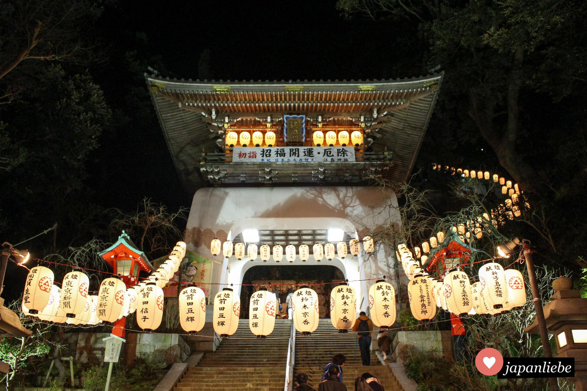 Abends werden die Papierlaternen am Enoshima Schrein entzündet und tauchen das Tor in romantisches Licht.