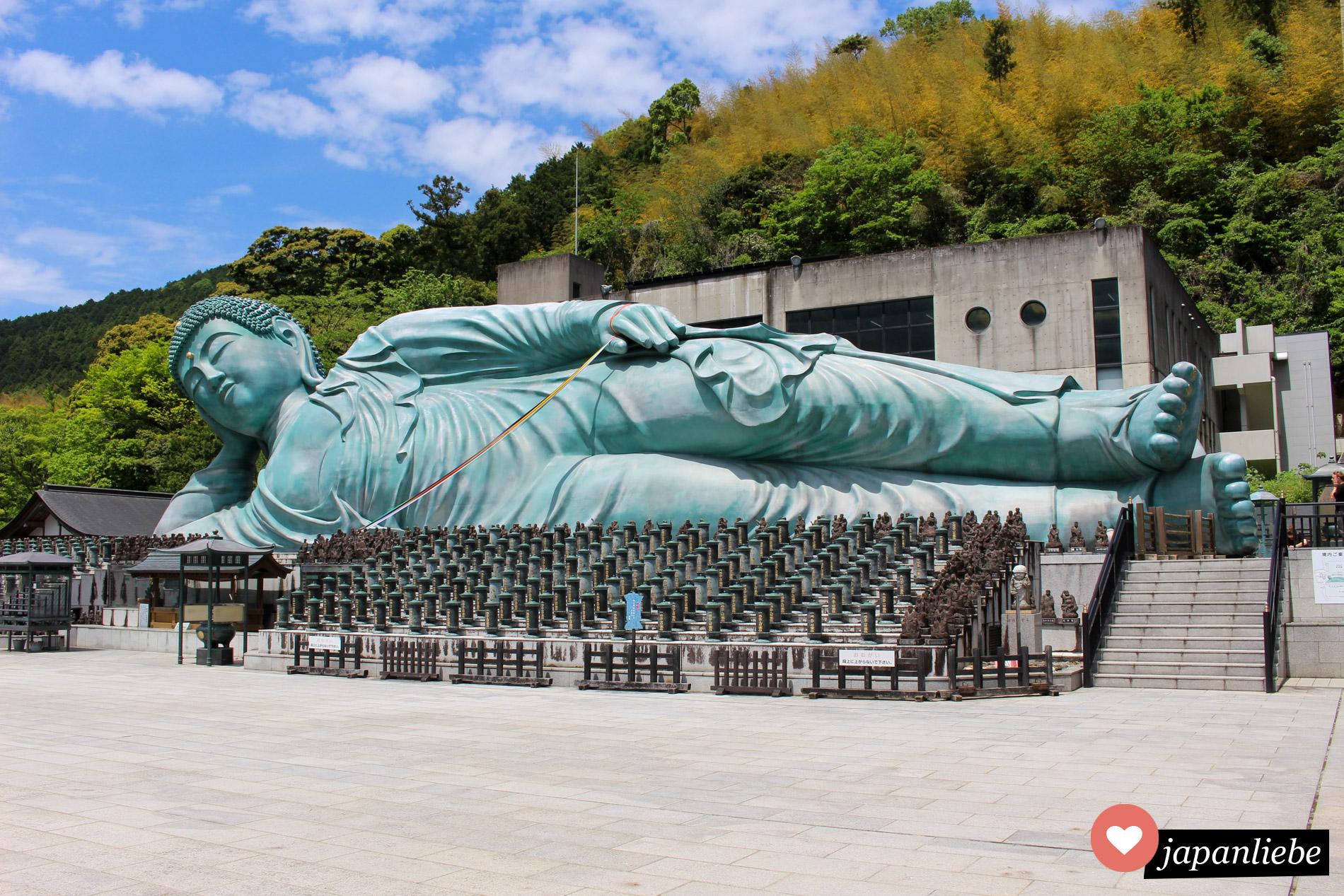 Der größte liegende Buddha der Welt befindet sich im Nanzo-in Tempel in der Stadt Sasaguri, nur 25 Minuten von Fukuoka entfernt.