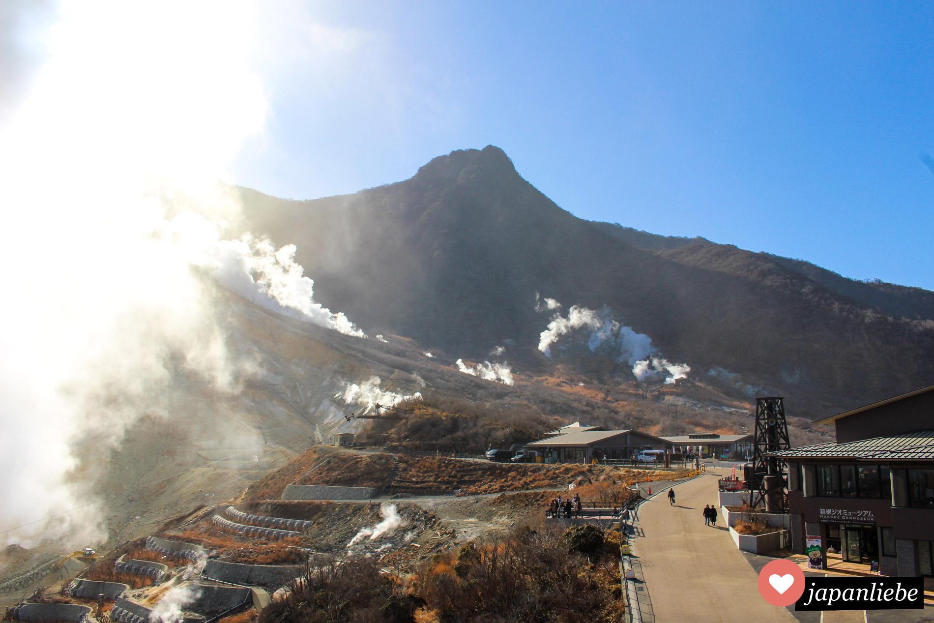Schwefeldämpfe steigen über dem Owakudani Tal in Hakone auf. Manchmal so viele, dass die Seilbahn dorthin für einige Zeit außer Betrieb bleibt.