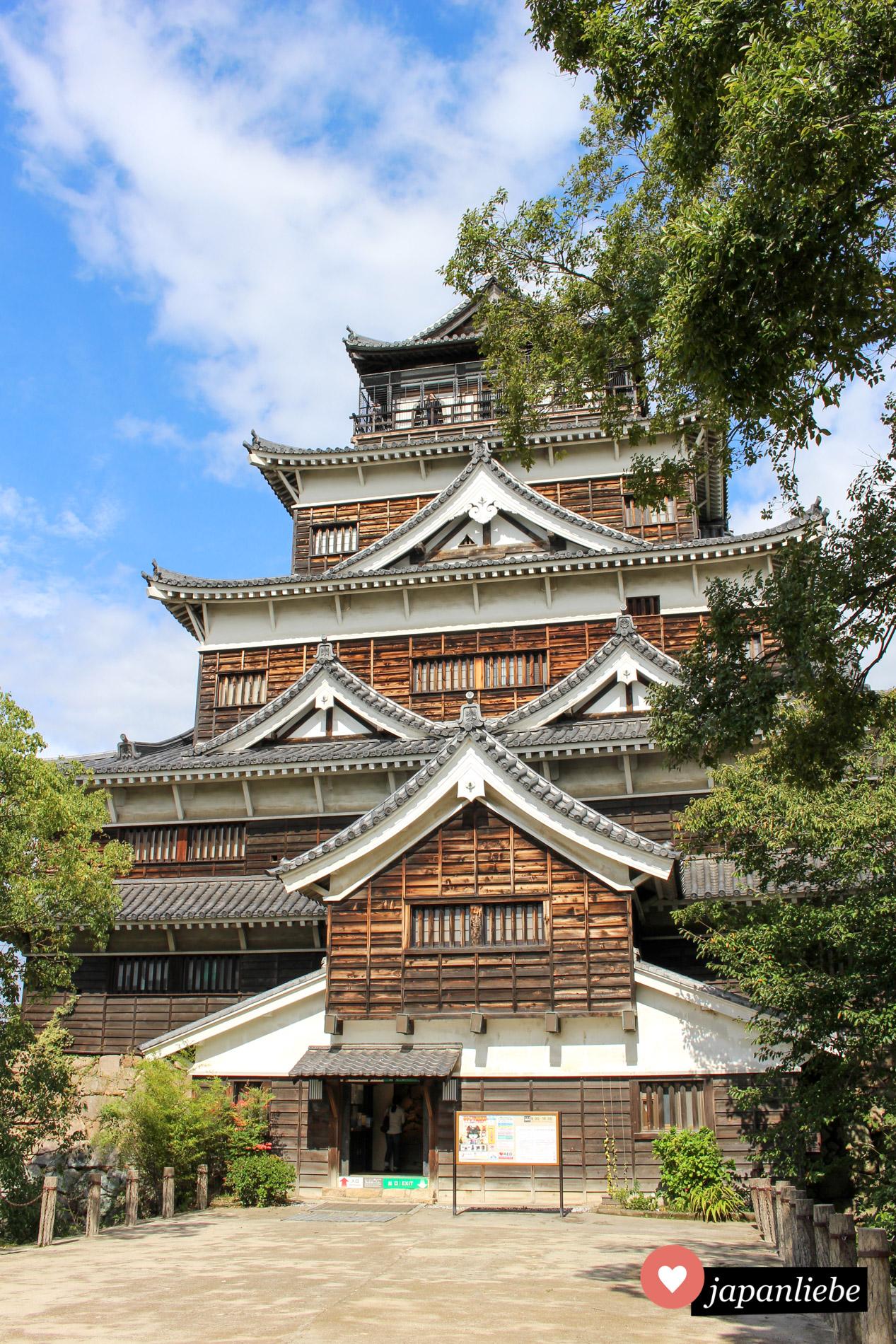 Hiroshimas Burg sieht durch ihre braune Holzvertäfelung anders aus als die meisten anderen japanischen Burgen.