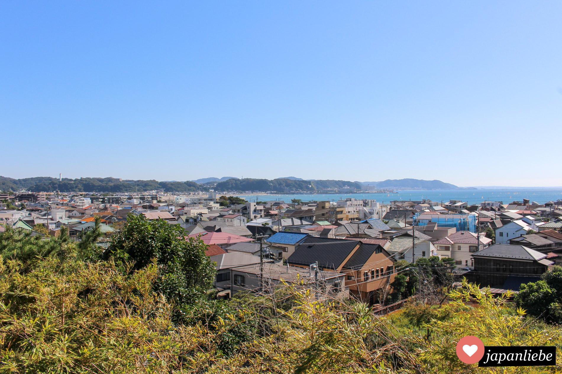 Nicht nur der Hase-dera Tempel selbst ist ein Highlight, auch die Aussicht von dort aus über Kamakura.
