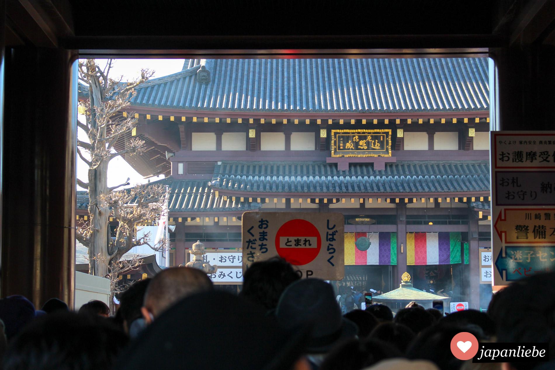 Zu Neujahr warten Leute darauf, dass sie im Kawasaki Daishi Tempel beten können.