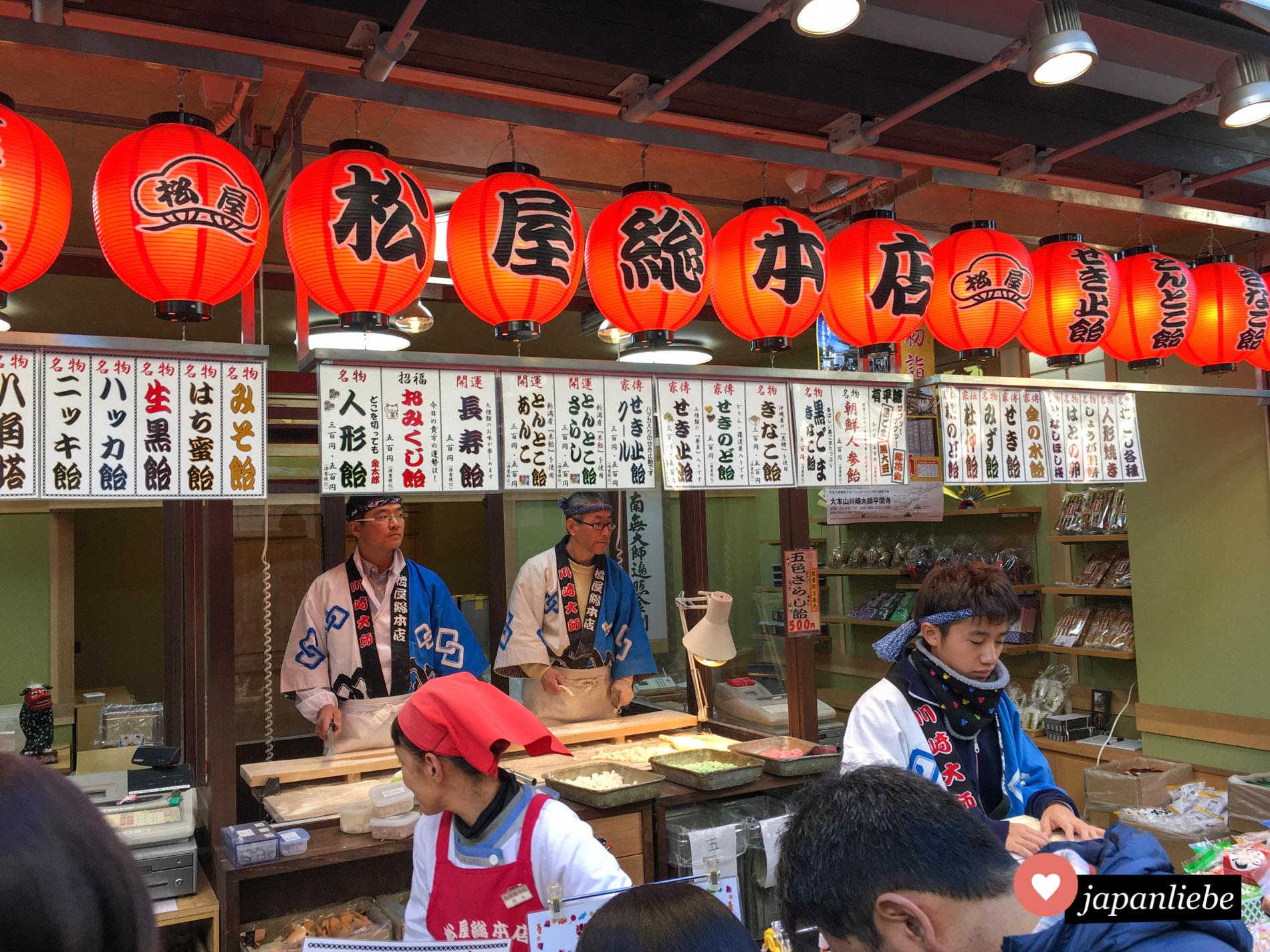 Rote Laternen preisen einen Imbiss in der Stadt Kawasaki an.