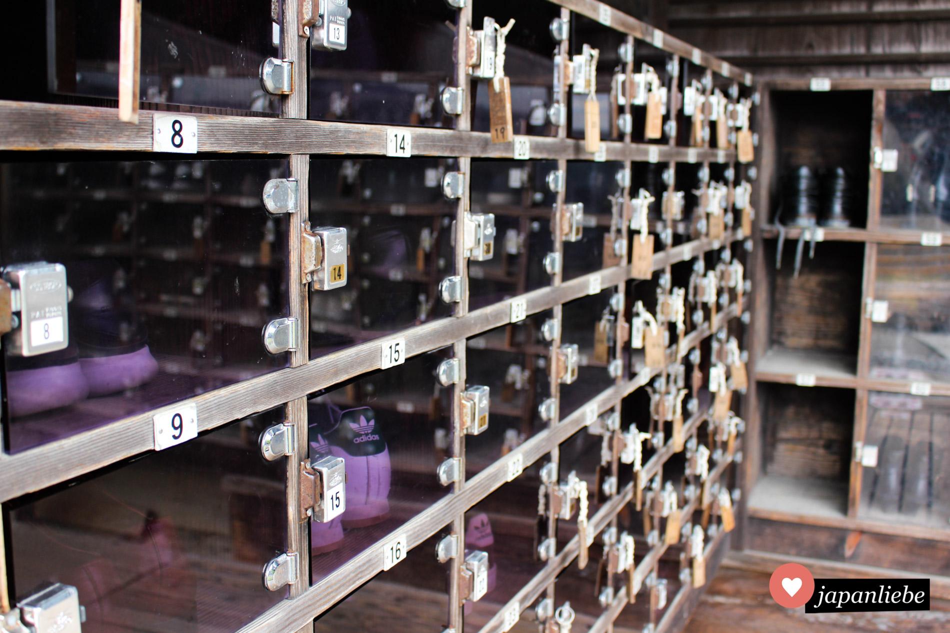 Bevor man die Burg in Kōchi betreten darf, müssen die Schuhe in einem extra dafür vorgesehen Schließfach verstaut werden.