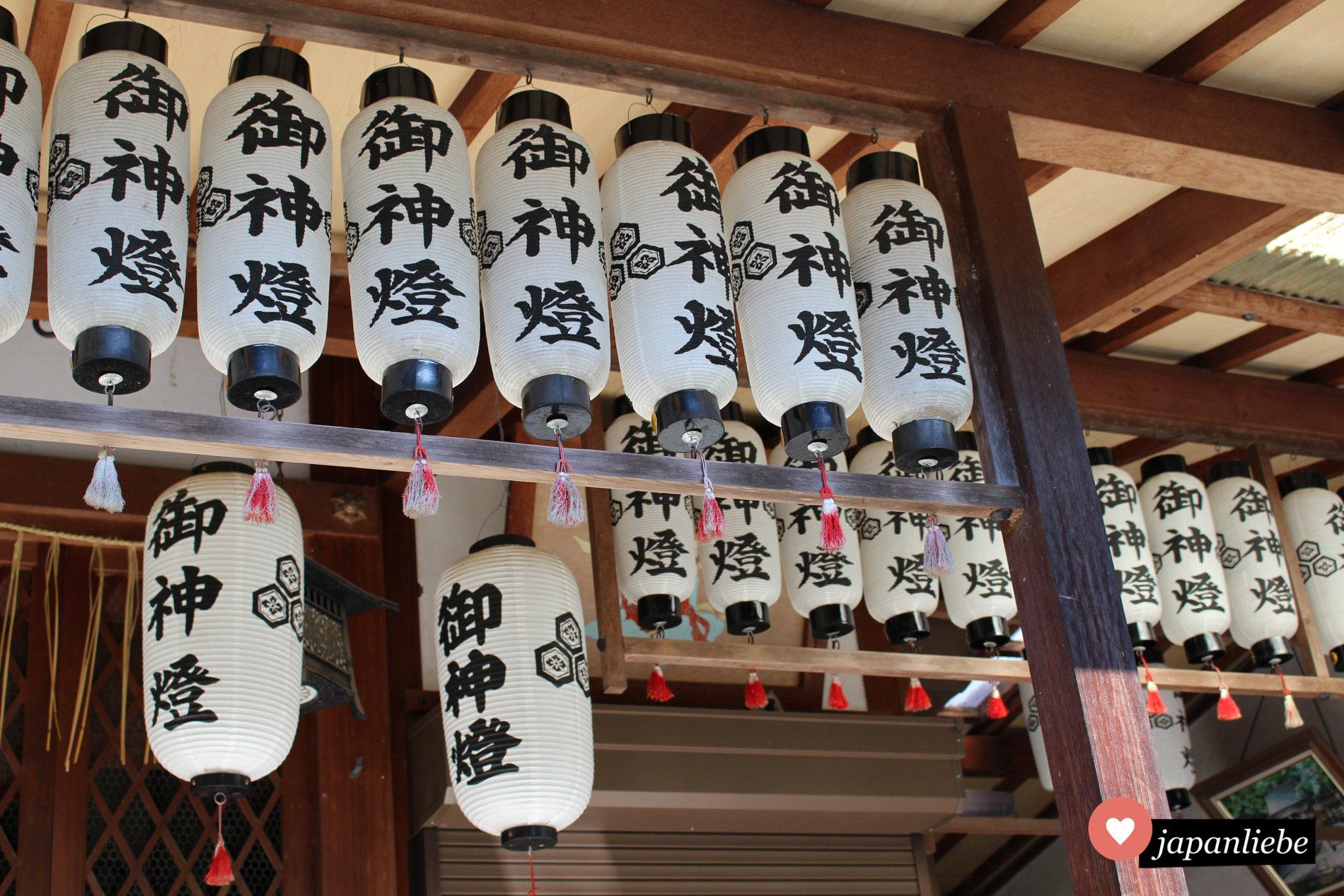 Wunderschöne Papierlaternen am kleinen Itsukushima Schrein auf dem Palastgelände in Kyōto.