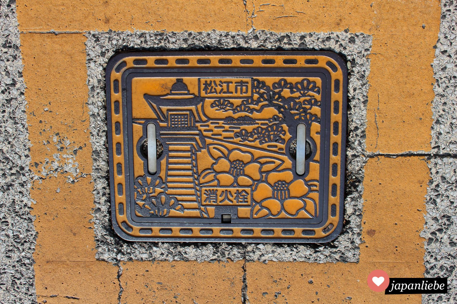 Die Abdeckung zum Löschwassersystem der Stadt Matsue an Japans Westküste.