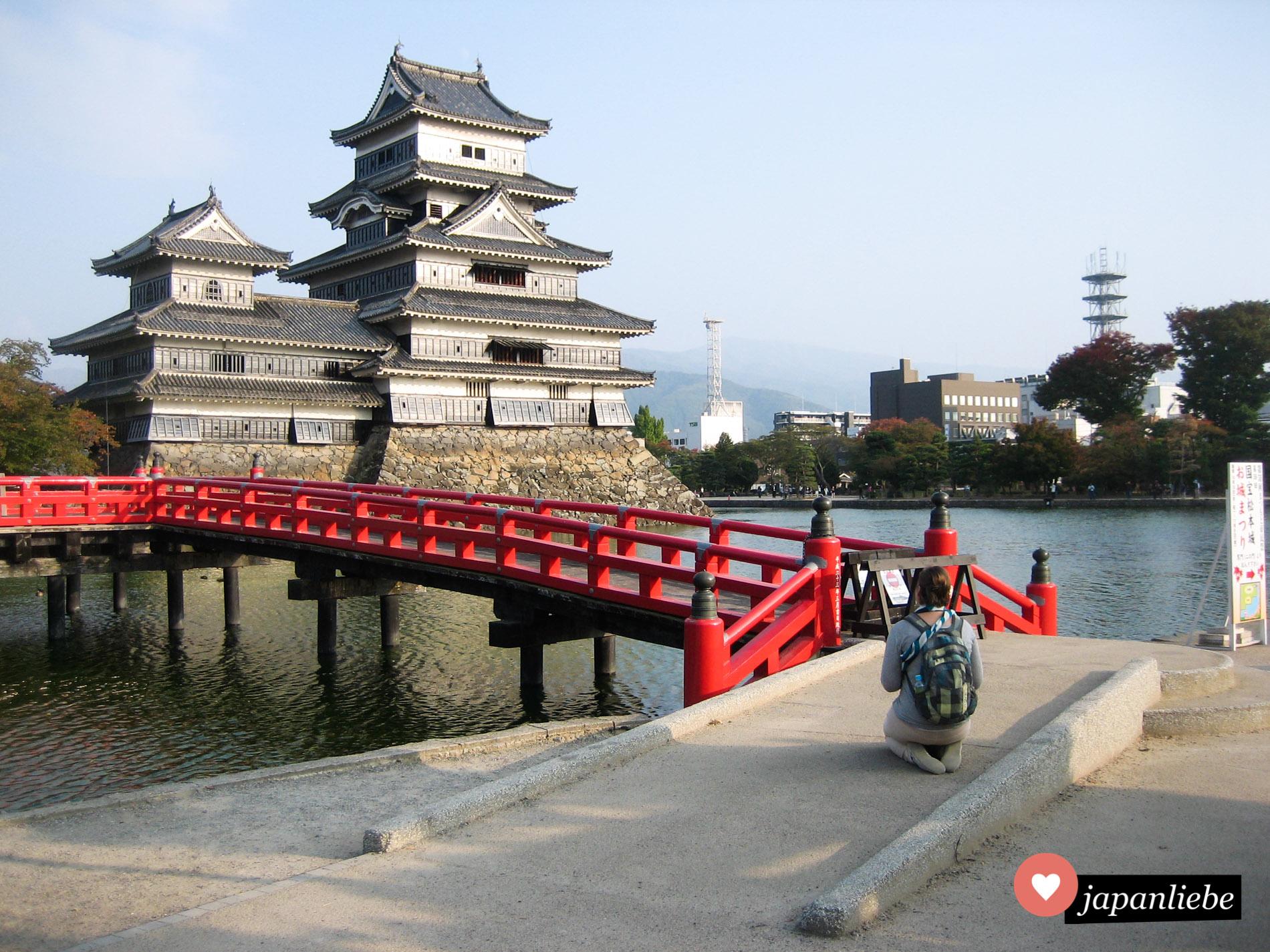 Japanbloggerin bei der Arbeit :) Die schwarze Burg in Matsumoto mit der roten Brücke davor ist eine meiner Lieblingsburgen in Japan.