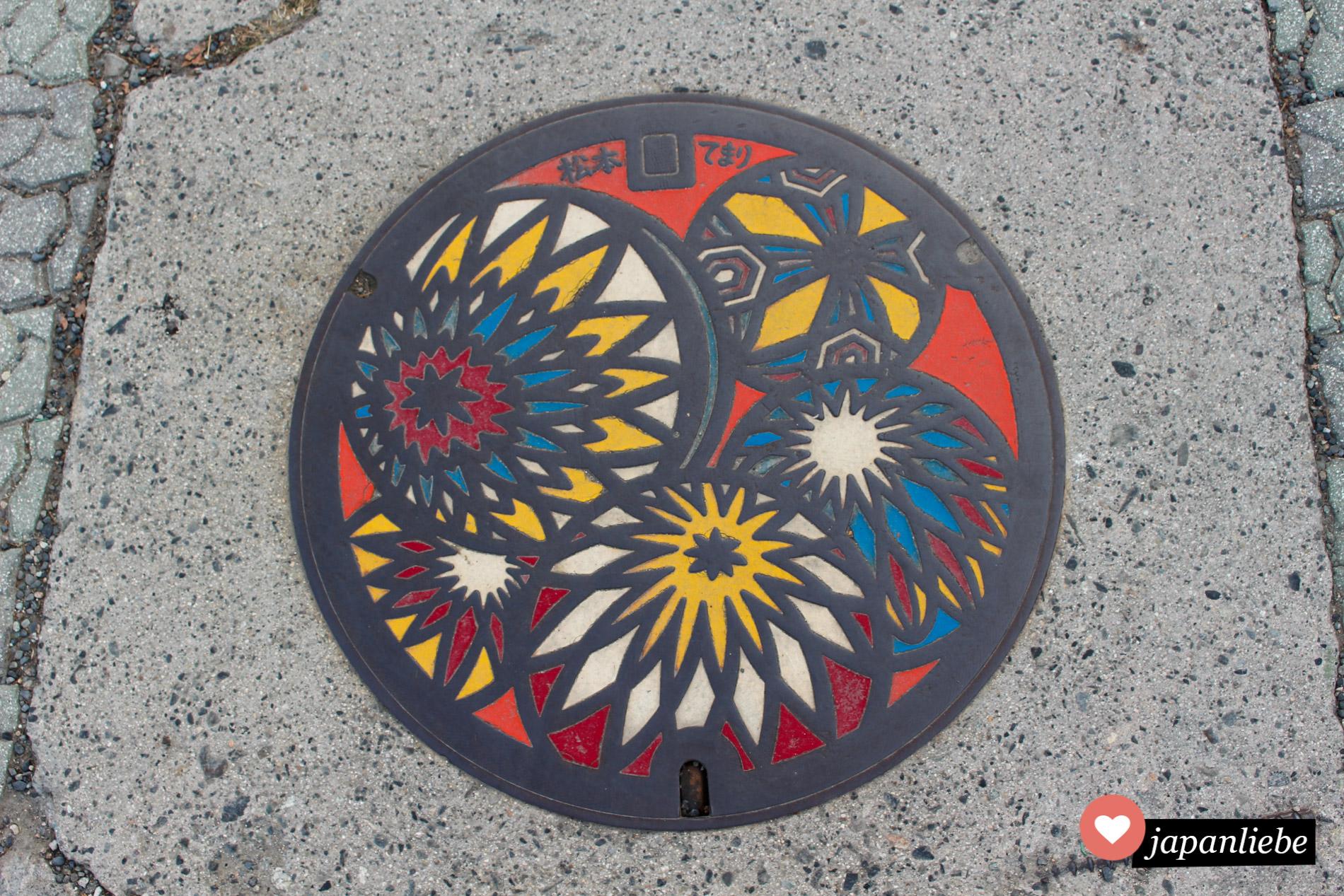 Die Stadt Matsumoto in den japanischen Alpen ist berühmt für ihre kunstvollen, farbenfrohen temari-Bälle. Dementsprechend bunt sind einige Kanaldeckel auf dem Gemeindegebiet.