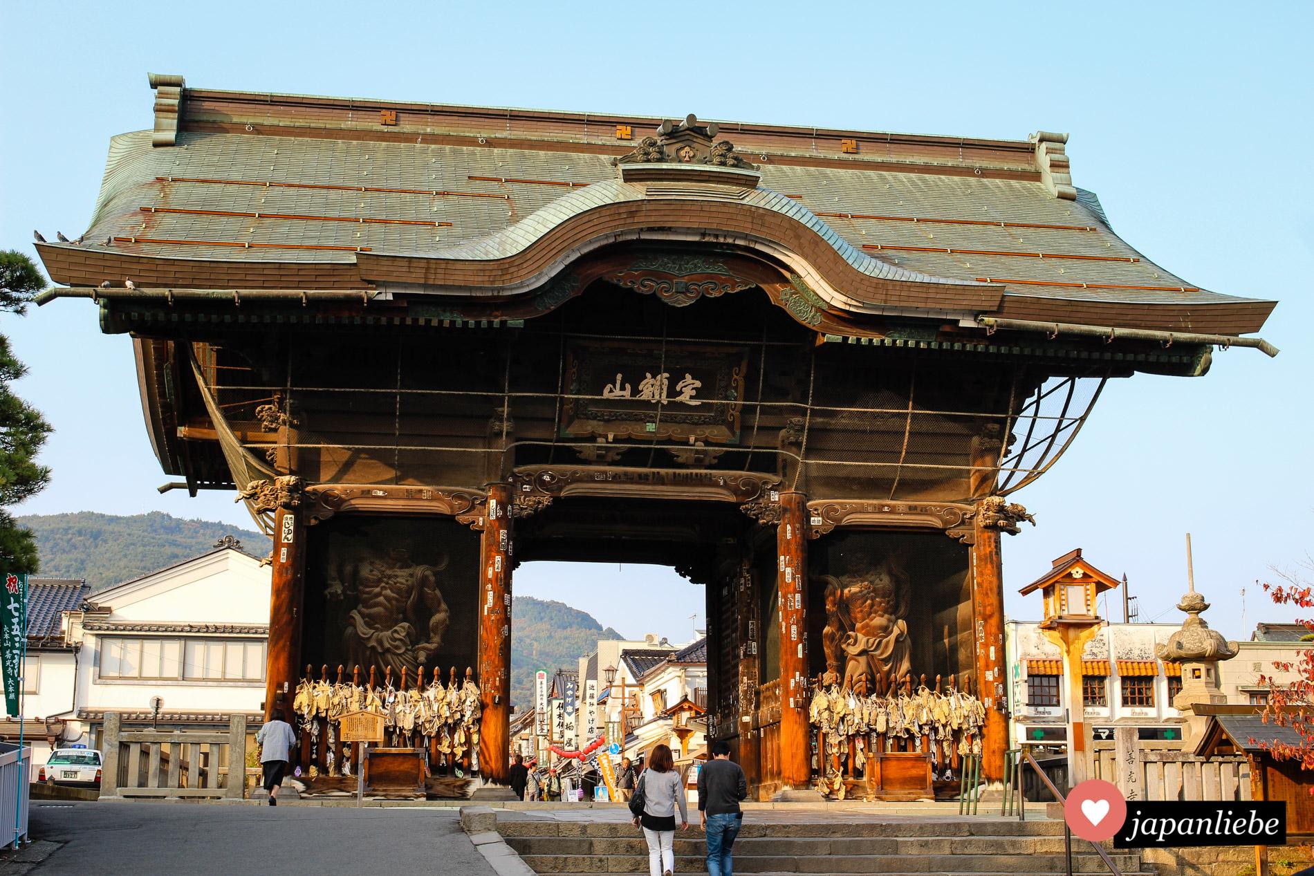 Das Tor zum Zenkō-ji-Tempel in Nagano.