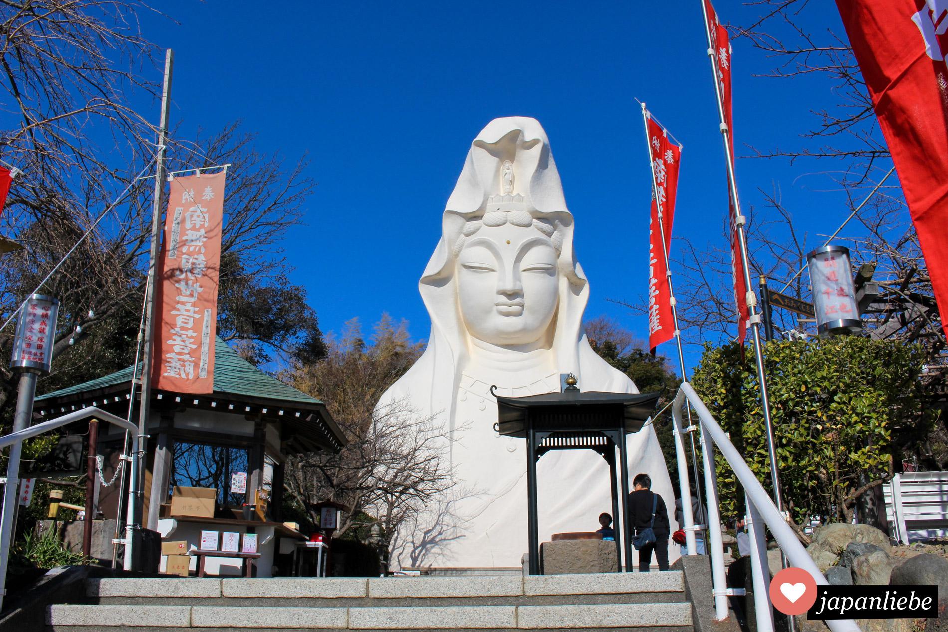 Schon von weitem sieht man die 25 Meter hohe Kannon Statue in Ofuna.