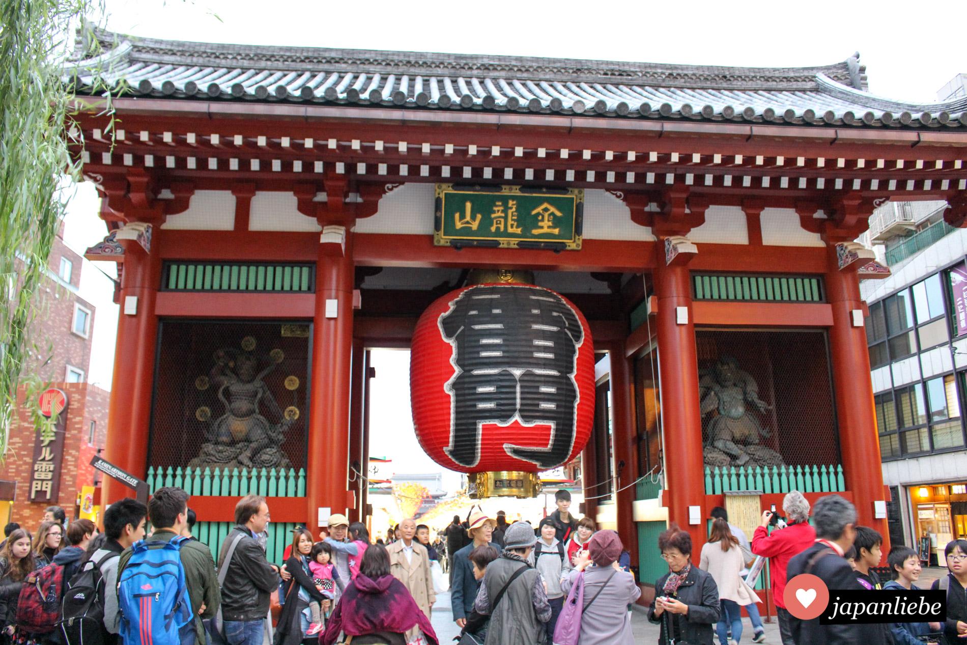 3,9 Meter hoch, 3,3 Meter breit und 700 kg schwer: die rote Laterne des Kaminari-mon Tors in Tōkyō ist ein wahres Monstrum und wird alle zehn Jahre erneuert.