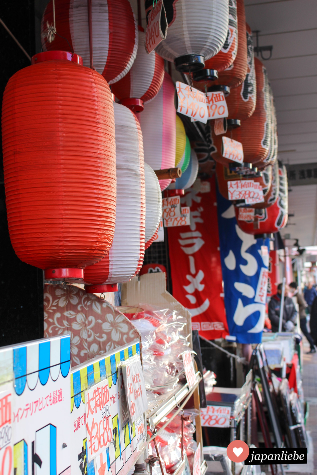 Papierlaternen und Flaggen sind ein tolles Mitbringsel aus Japan.