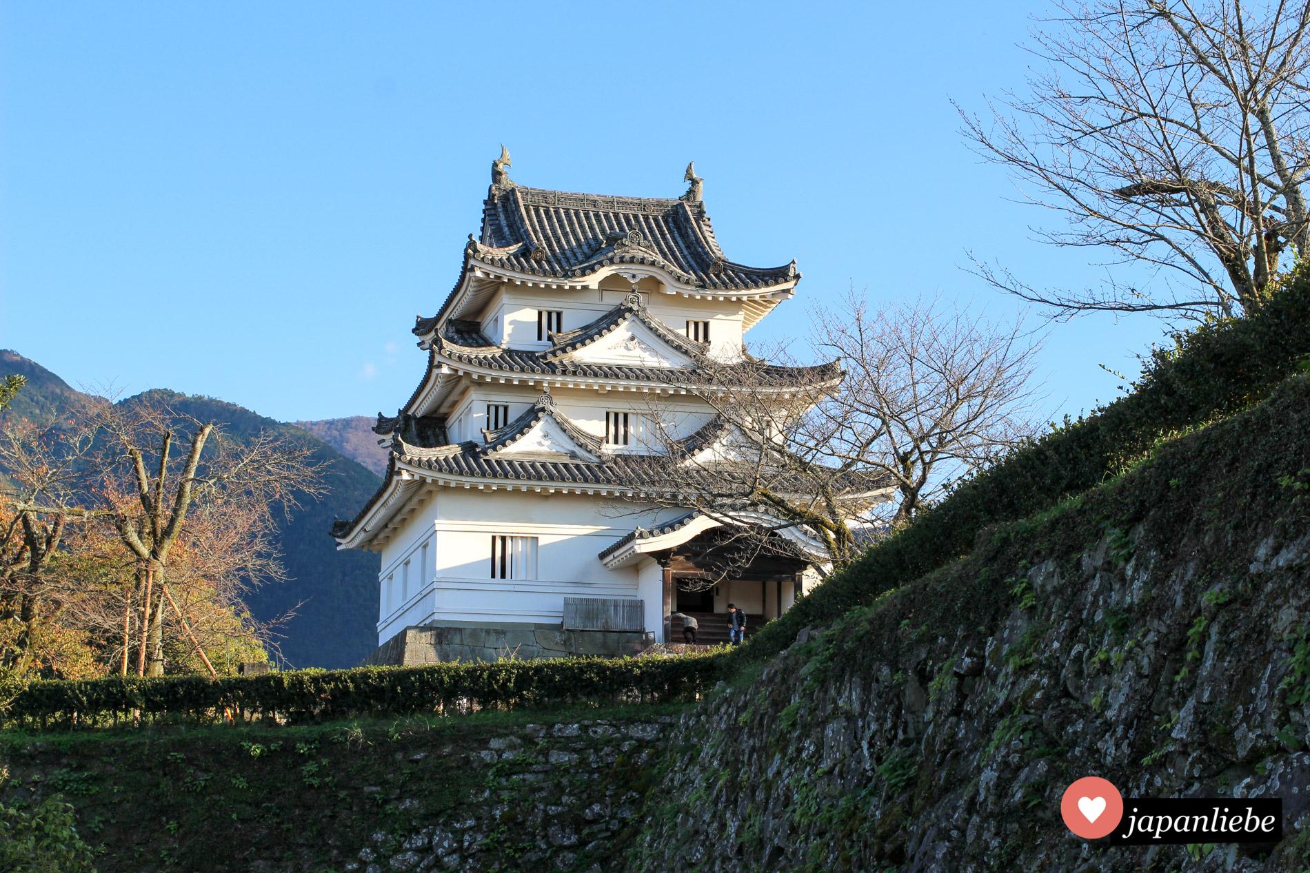 Gleich mehrere der durch Naturkatastrophen den Krieg unversehrten Burgen stehen auf Shikoku, so wie die kleine aber feine Burg von Uwajima.