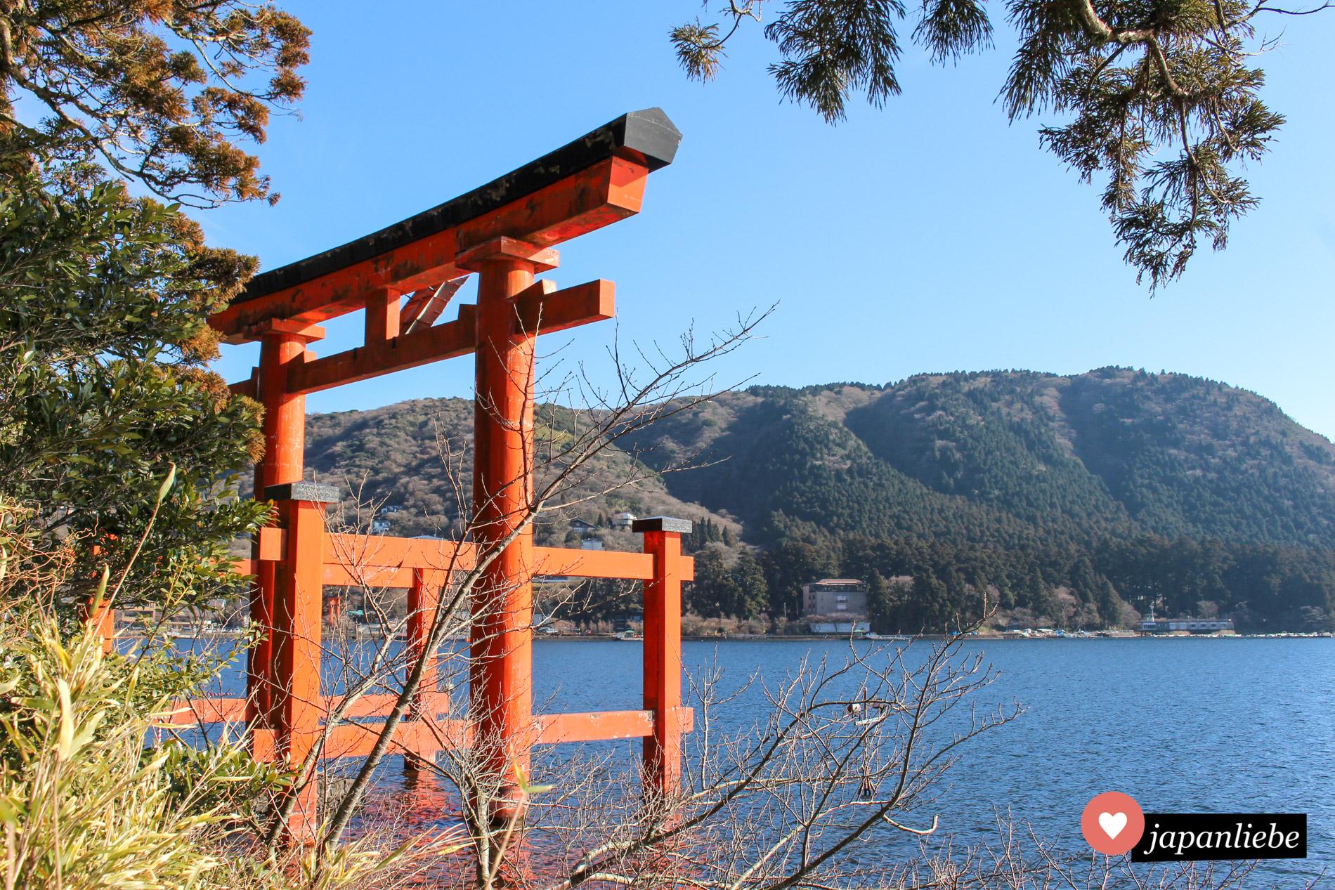 """Ebenfalls ein berühmtes """"Wasser""""-torii ist das rote Tor des Hakone Schreins am Ufer des Ashi-Sees."""