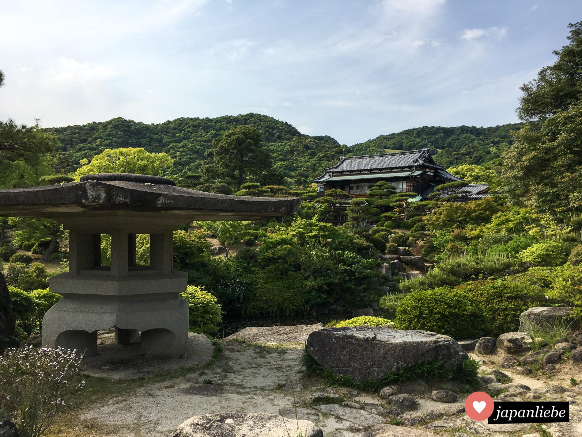Auch wenn man sich entscheidet, kein Geld für das an den Mōri Garten angrenzende Museum auszugeben, bildet die Residenz einen schönen Hintergrund zum üppigen Grün.
