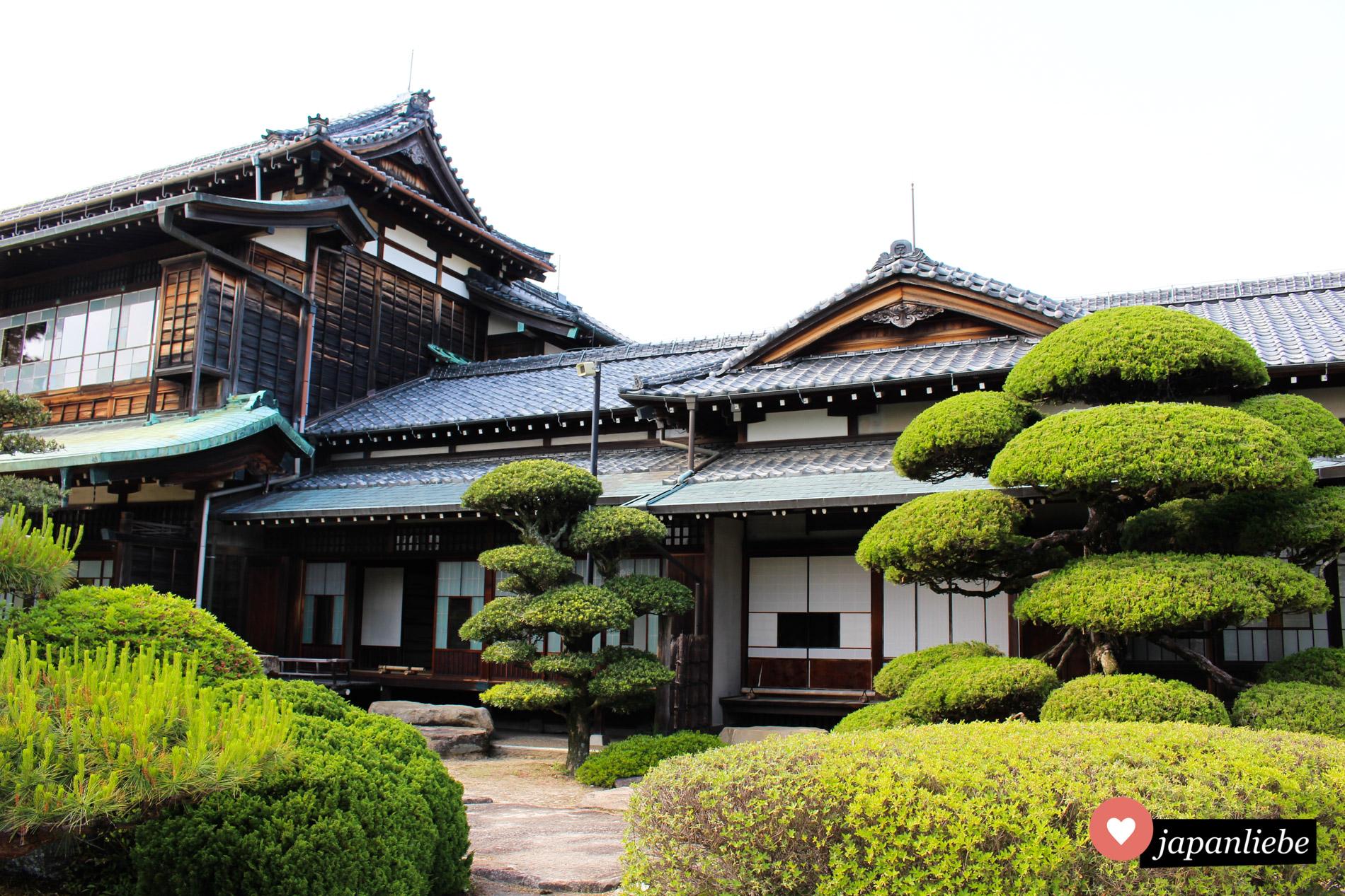 An den Mōri Garten angrenzend befindet sich die Mōri-Residenz, die ein Museum beherbergt und zusätzlich Eintritt kostet.