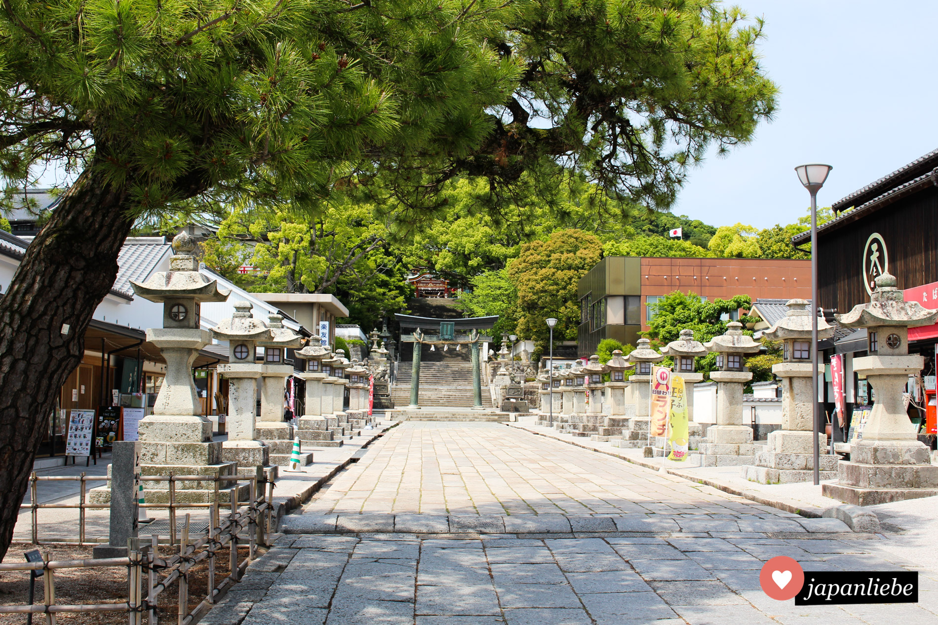 Der Eingang zum Tenman-gu Schrein in Hōfu ist gesäumt von Steinlaternen.
