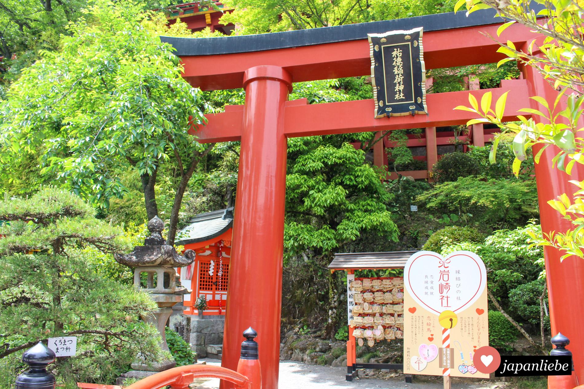 Ein großes rotes Tor ziert den Eingang zu einem kleinen, Liebesglück verheißenden Nebenschrein am Yutoku Inari Schrein in Kashima.