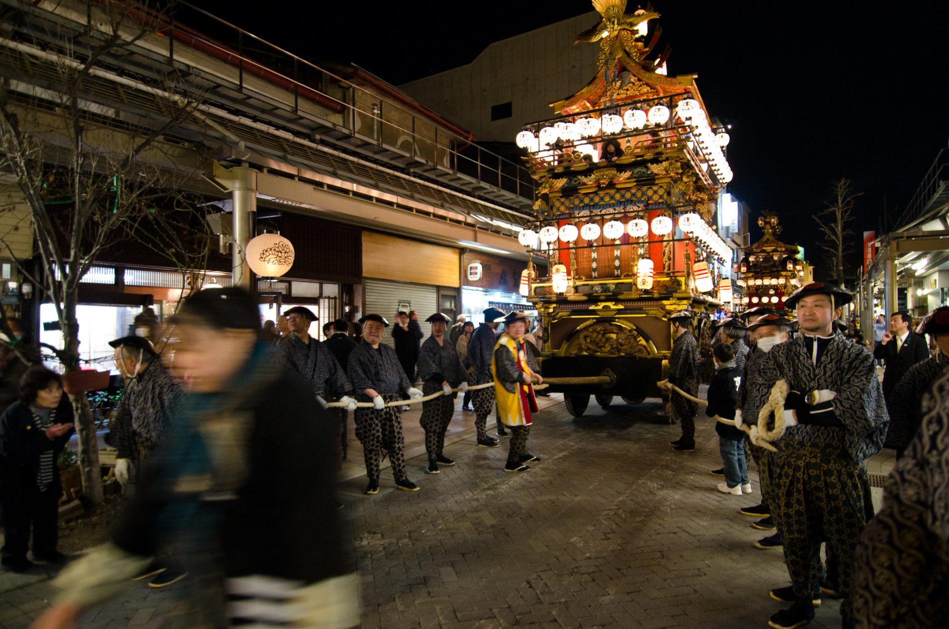 Das Highlight bei Takayama Frühlingsfest sind die prächtig geschmückten und mit Papierlaternen beleuchteten Festwagen. (Foto: Paul Robinson auf Flickr https://www.flickr.com/photos/paulrobinson/5763159335)
