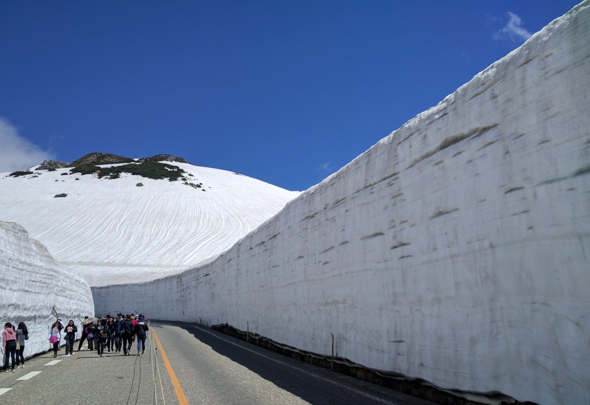 Bis zu 20 Meter in die Höhe türmen sich jedes Jahr die Schneemassen entlang der Tateyama-Kurobe-Alpine-Route jedes Jahr im Winter und Frühling. (Foto: Ankur P auf Flickr https://www.flickr.com/photos/ankurp/36488017776)