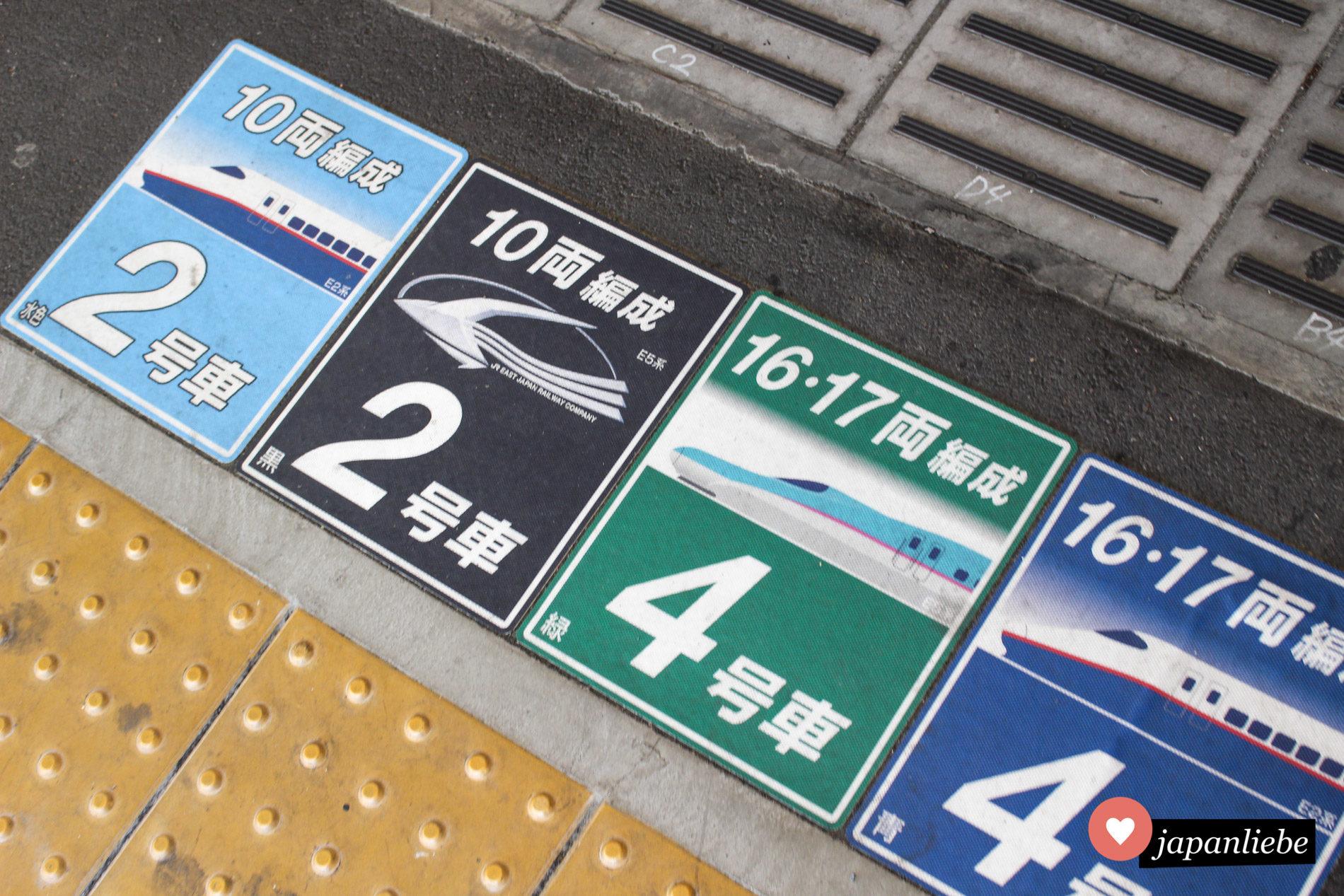 Bodenaufkleber am Bahnsteig in Utsunomiya helfen bei der Orientierung, wo man sich für den Shinkansen anstellen muss.