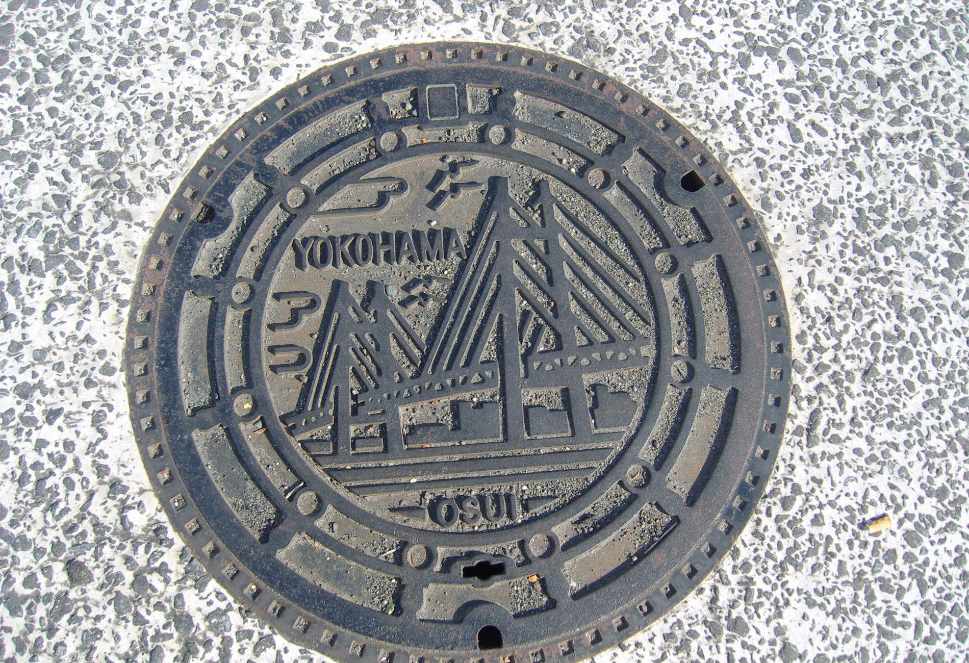 Durch die Bay Bridge erkennt man sofort, dass dieser Kanaldeckel in Yokohama fotografiert wurde.