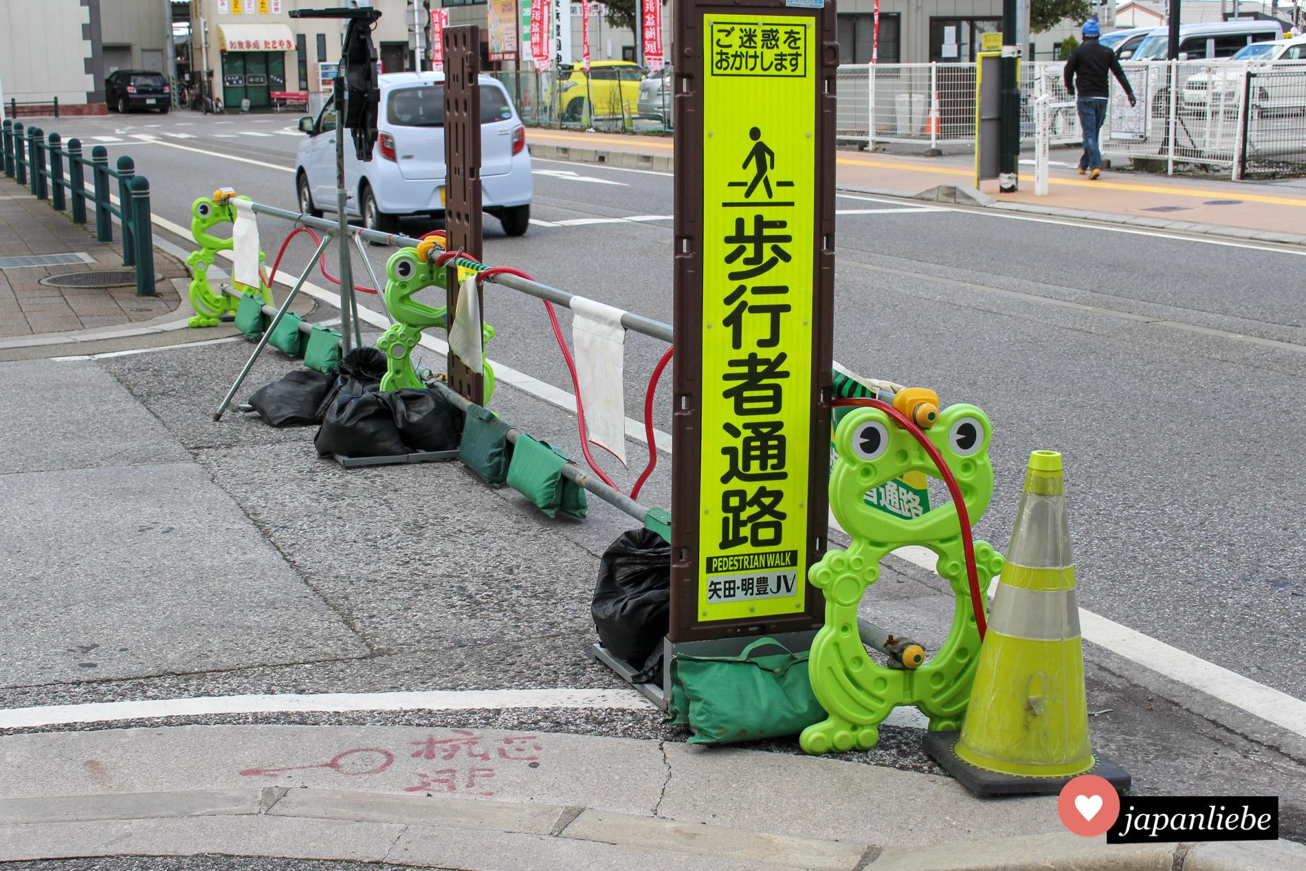 Eine niedliche Baustellenabsperrung in Japan in From von Fröschen.