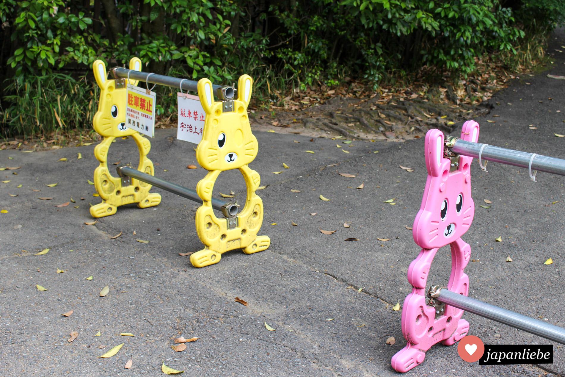 Süße Hasen in zweierlei Pastellfarben dienten hier in Japan als Wegabsperrungen.