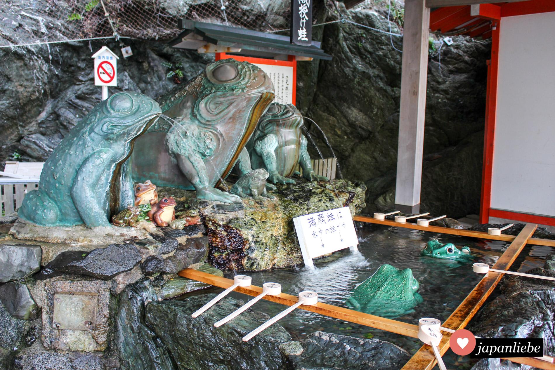 Der Futami Okitama Schrein steht ganz im Zeichen der Frösche. Dementsprechend gestaltet ist der Schreinbrunnen, an dem man sich vor dem Schreinbesuch rituell reinigt.