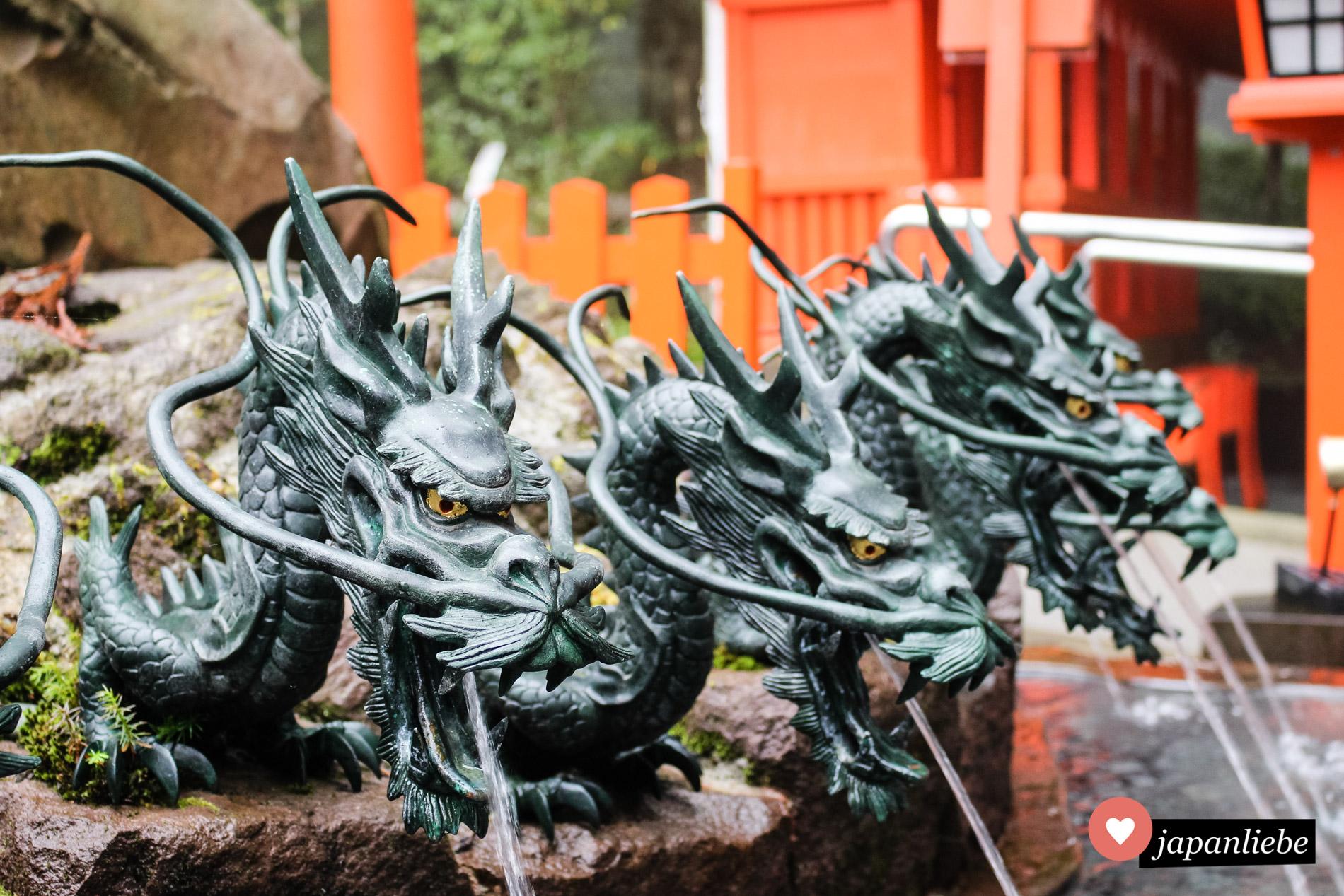 Ein häufiges Motiv sind furchterregende Drachen, aus deren Mäulern das Wasser für temizuya Schreinbrunnen gespeist wird.