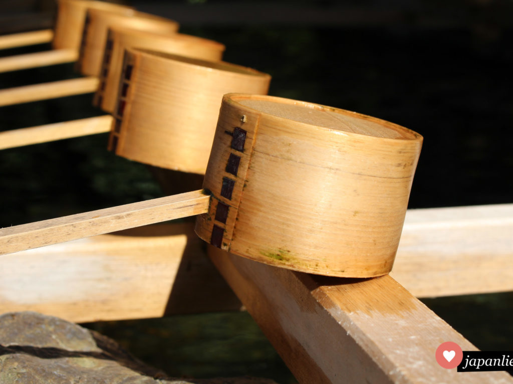 Bambus-Schöpfkellen am temizuya Schreinbrunnen in Ise.