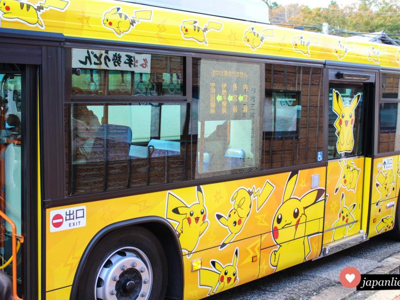 Zwischen dem inneren und äußeren Schrein in Ise fährt ein Elektrobus im Pikachu-Design.