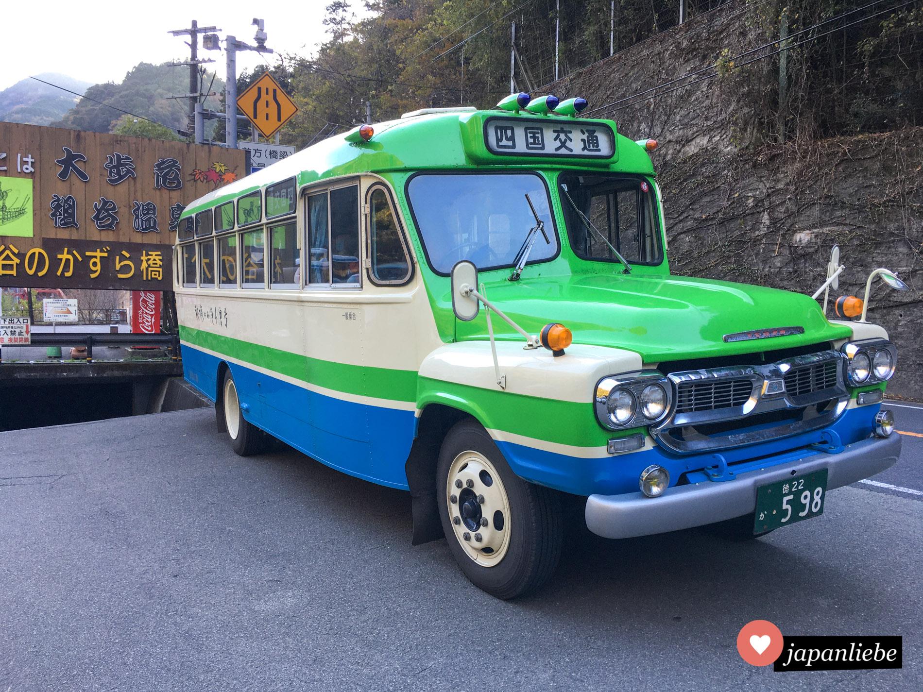 """Bucht man einen Tagesausflug ins Iya-Tal auf Shikoku, ist man bei einem Anbieter mit dem sogenannten """"Bonnet""""-Bus unterwegs."""
