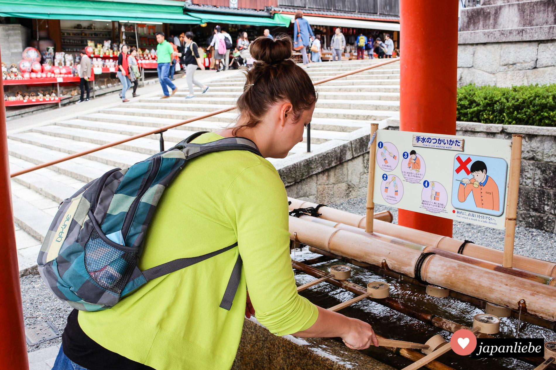 Ich halte es wie die Japaner und reinige mir vor jedem Schreinbesuch die Hände (und symbolisch den Mund).