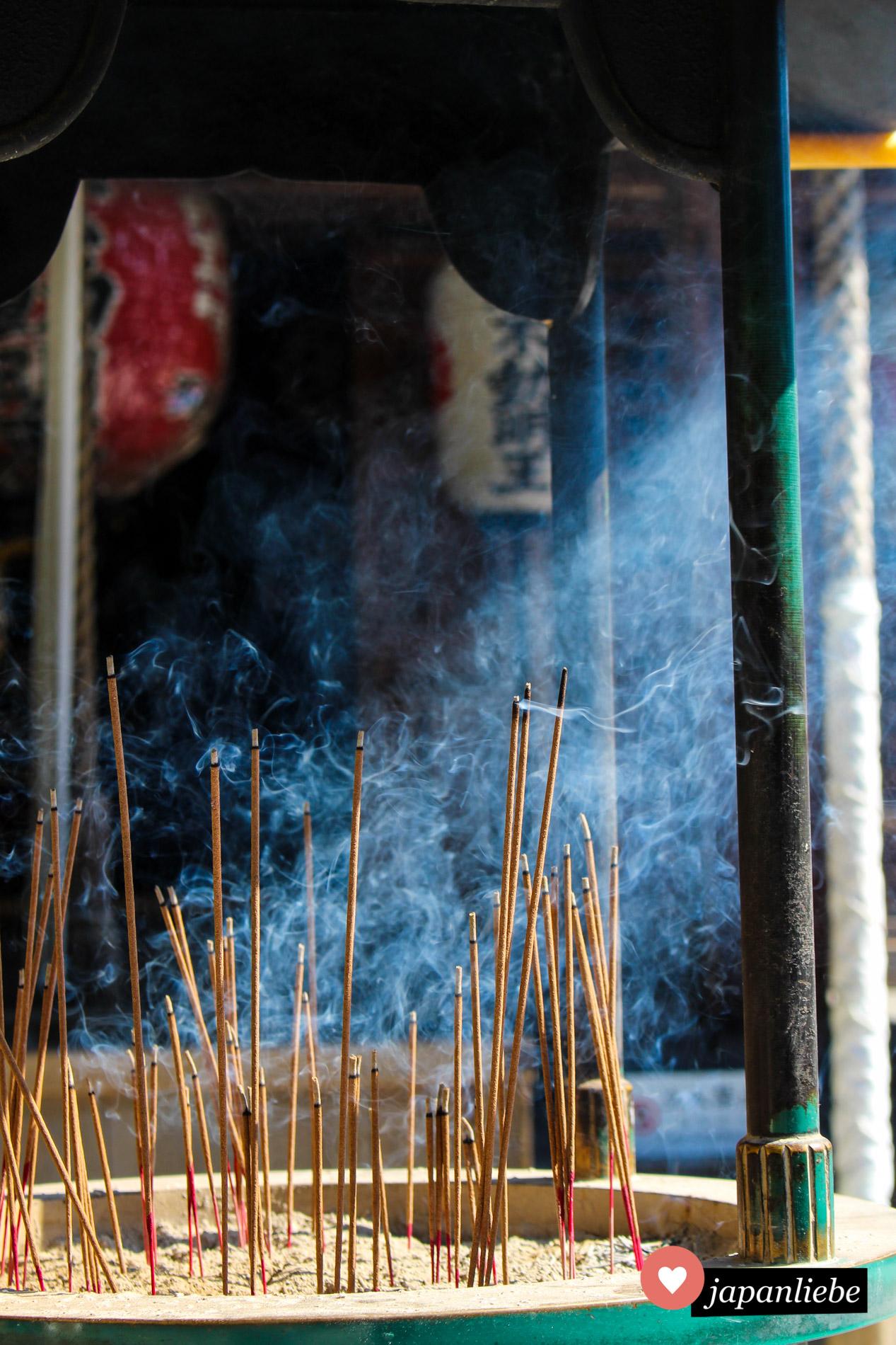 Gläubige Buddhisten huldigen am Tempel mit Räucherstäbchen, so auch am Rokuon-ji, wie der Kinkaku-ji genannte Tempel eigentlich heißt.
