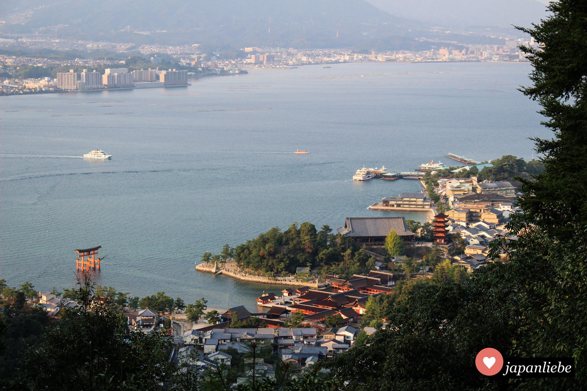 Von oben sieht man, wie schön der Itsukushima Schrein auf Miyajima zwischen Meer und Berg gelegen ist.