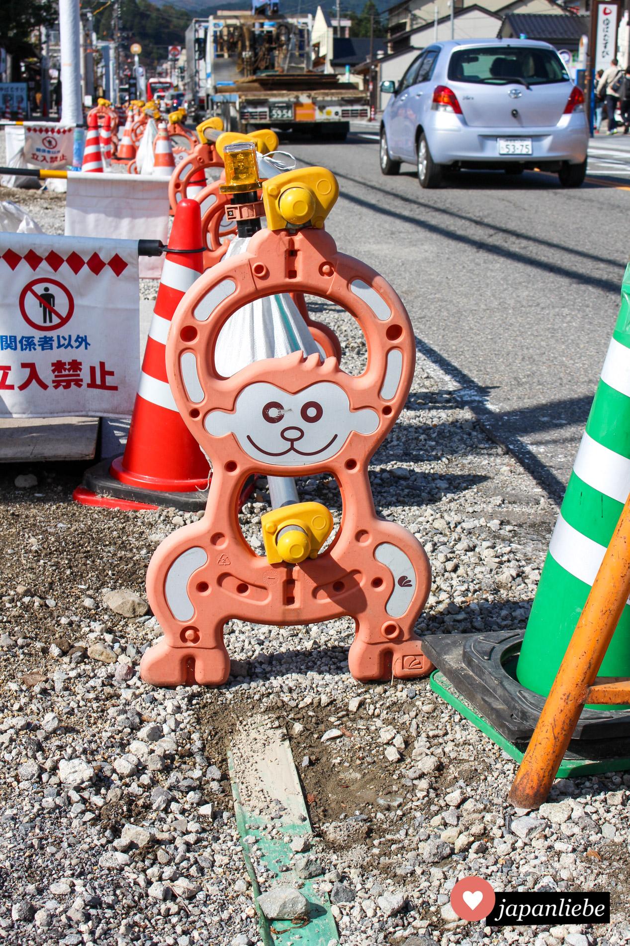 Ganz klar, in Nikkō, das berühmt ist für seine drei Affen (nicht sehen, nichts hören, nichts sprechen) kommen die Absperrungen am Rand der Straße natürlich als süße Äffchen daher.