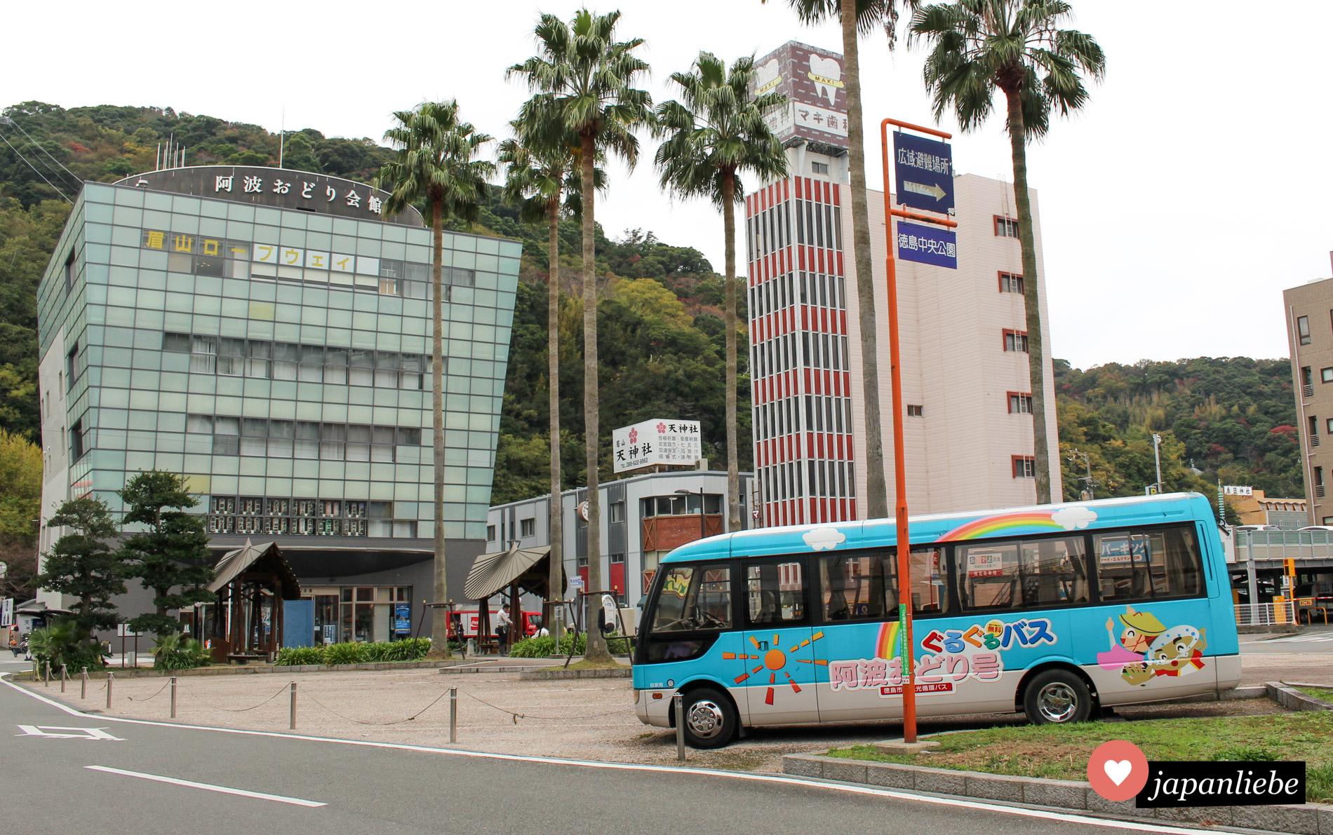 Toskushima ist berühmt für den lustigen Awa-Odori-Tanz. Vor dem entsprechenden Museum ist natürlich auch der Bus mit dem passenden Design verziert.