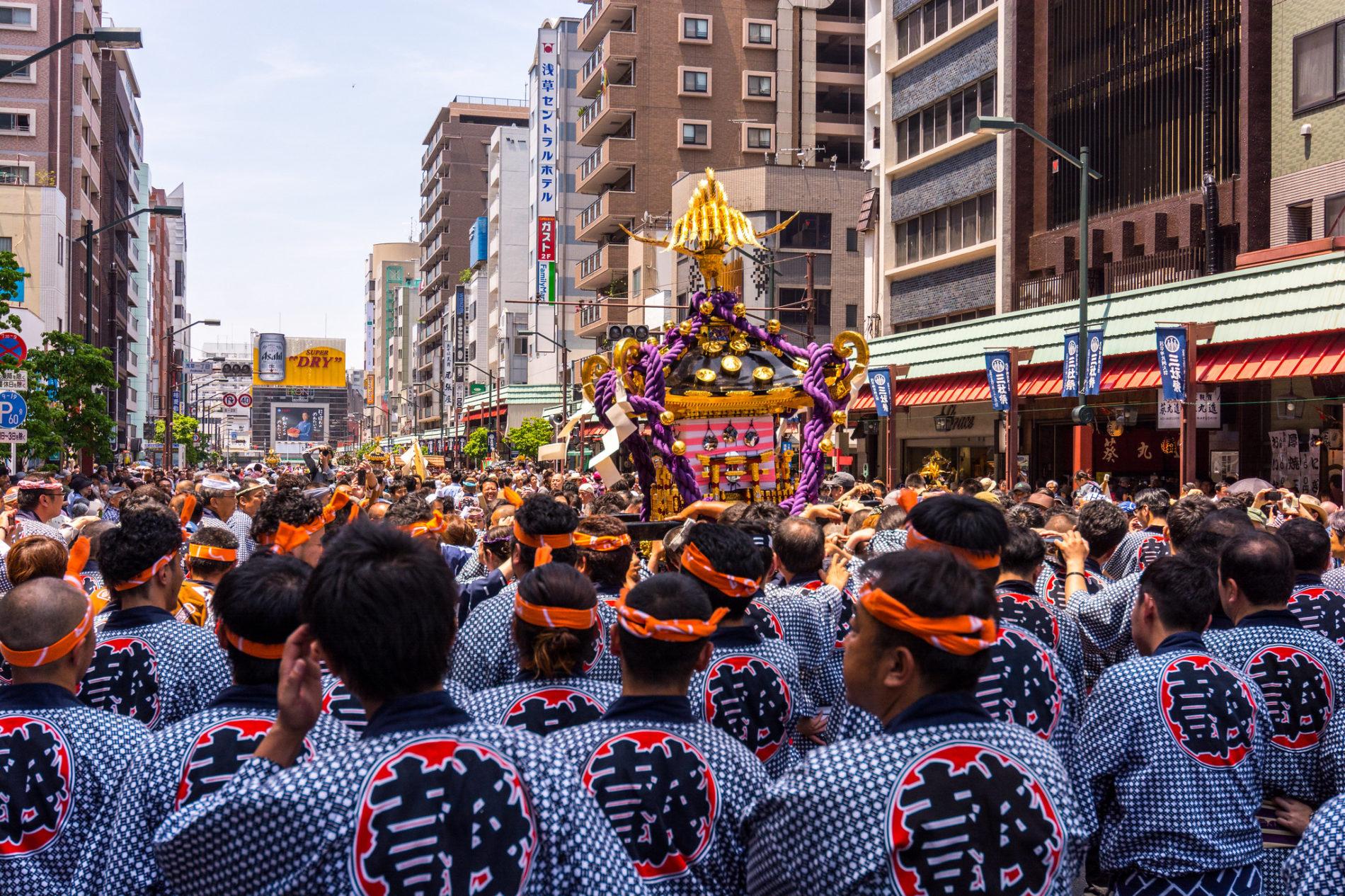Beim Sanja Matsuri in Tōkyōs Stadtteil Asakusa wird ein o-mikoshi – eine Sänfte für die Götter – durch die Straßen getragen.
