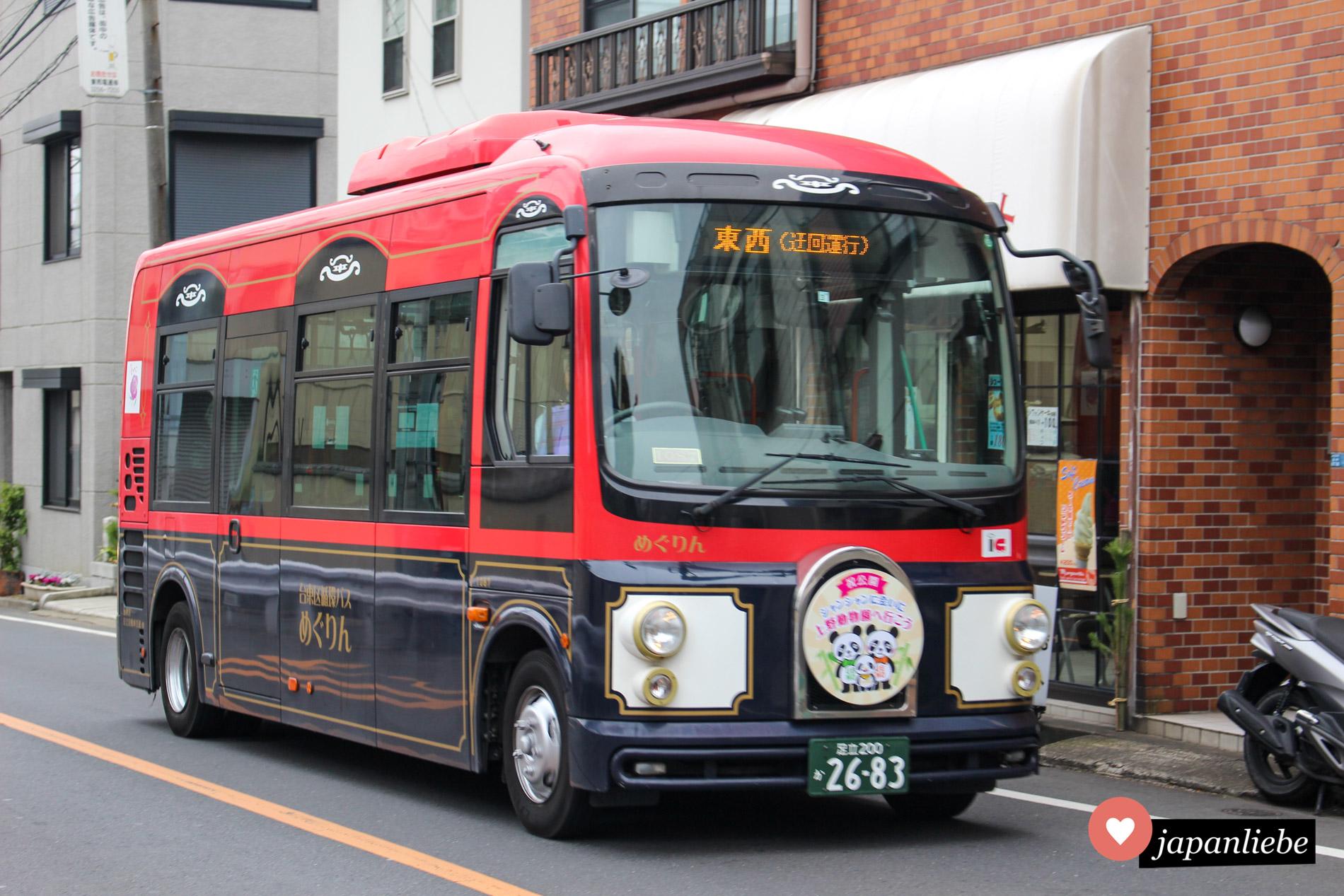 Ein nostalgisch wirkender Bus fährt seine Linie in Tōkyōs Stadtteil Ueno, unverkennbar am Panda auf dem Schild vorne.