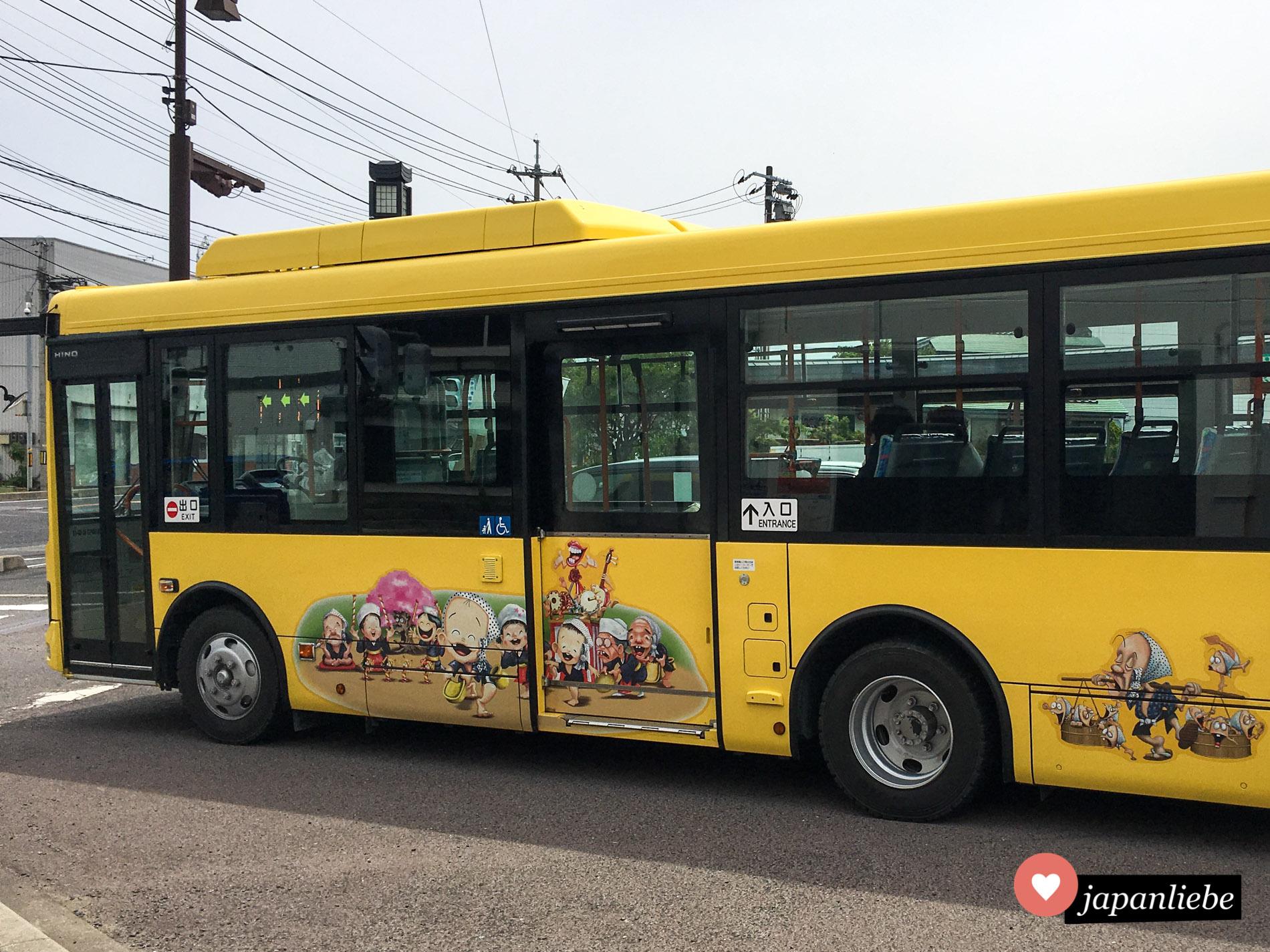 Diesen gelben Bus in Yasugi ziert das Stadtmaskottchen Ara-essa-kun.