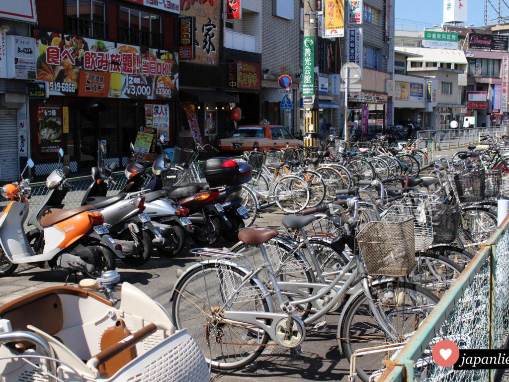 Ein Fahrradparkplatz am Bahnhof in Dazaifu. Ein mamachari neben dem anderen.